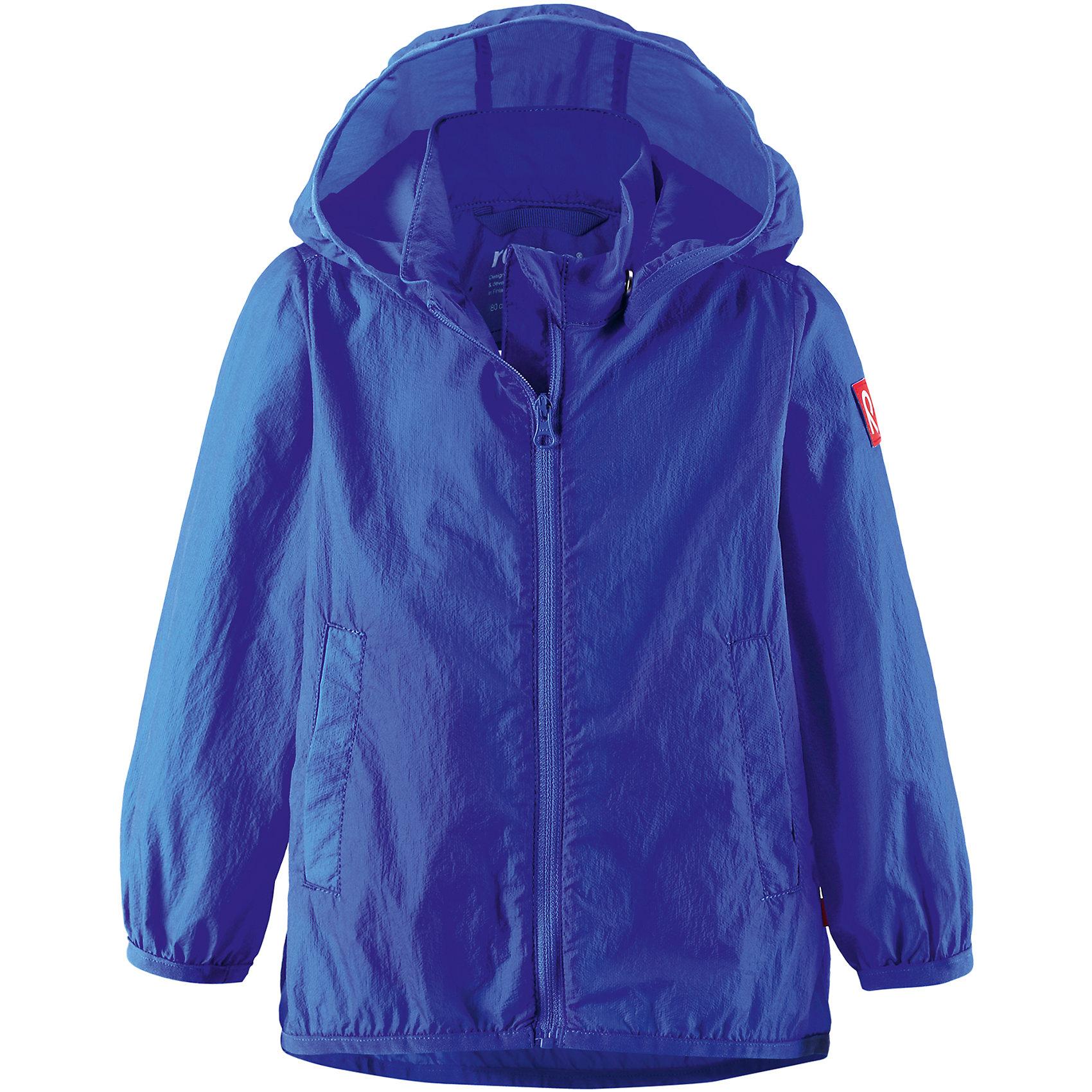 Куртка ReimaКуртка Reima (Рейма), синий от известного финского производителя  детской одежды Reima. Легкая куртка для девочки выполнена из полиамида, который обладает высокой износоустойчивостью, воздухопроницаемыми, водооталкивающими и грязеотталкивающими свойствами. Изделие устойчиво к изменению формы и цвета даже при длительном использовании. Куртка имеет классическую форму: прямой силуэт с удлиненной спинкой, застежка-молния с защитой у подбородка, капюшон, боковые втачные карманы и окантовка на рукавах и по низу изделия. Куртка имеет полиуретановое покрытие, что делает ее непромокаемой даже в дождливую погоду.    <br><br>Дополнительная информация:<br><br>- Предназначение: повседневная одежда для прогулок и активного отдыха<br>- Цвет: синий<br>- Пол: для мальчика<br>- Состав: 100% полиамид, полиуретановое покрытие<br>- Сезон: весна-осень<br>- Особенности ухода: стирать изделие, предварительно вывернув его на левую сторону, не использовать отбеливающие вещества<br><br>Подробнее:<br><br>• Для детей в возрасте: от 2 лет и до 3 лет<br>• Страна производитель: Китай<br>• Торговый бренд: Reima, Финляндия<br><br>Куртку Reima (Рейма), синий можно купить в нашем интернет-магазине.<br><br>Ширина мм: 356<br>Глубина мм: 10<br>Высота мм: 245<br>Вес г: 519<br>Возраст от месяцев: 18<br>Возраст до месяцев: 24<br>Пол: Унисекс<br>Возраст: Детский<br>Размер: 92,98,86<br>SKU: 4863928