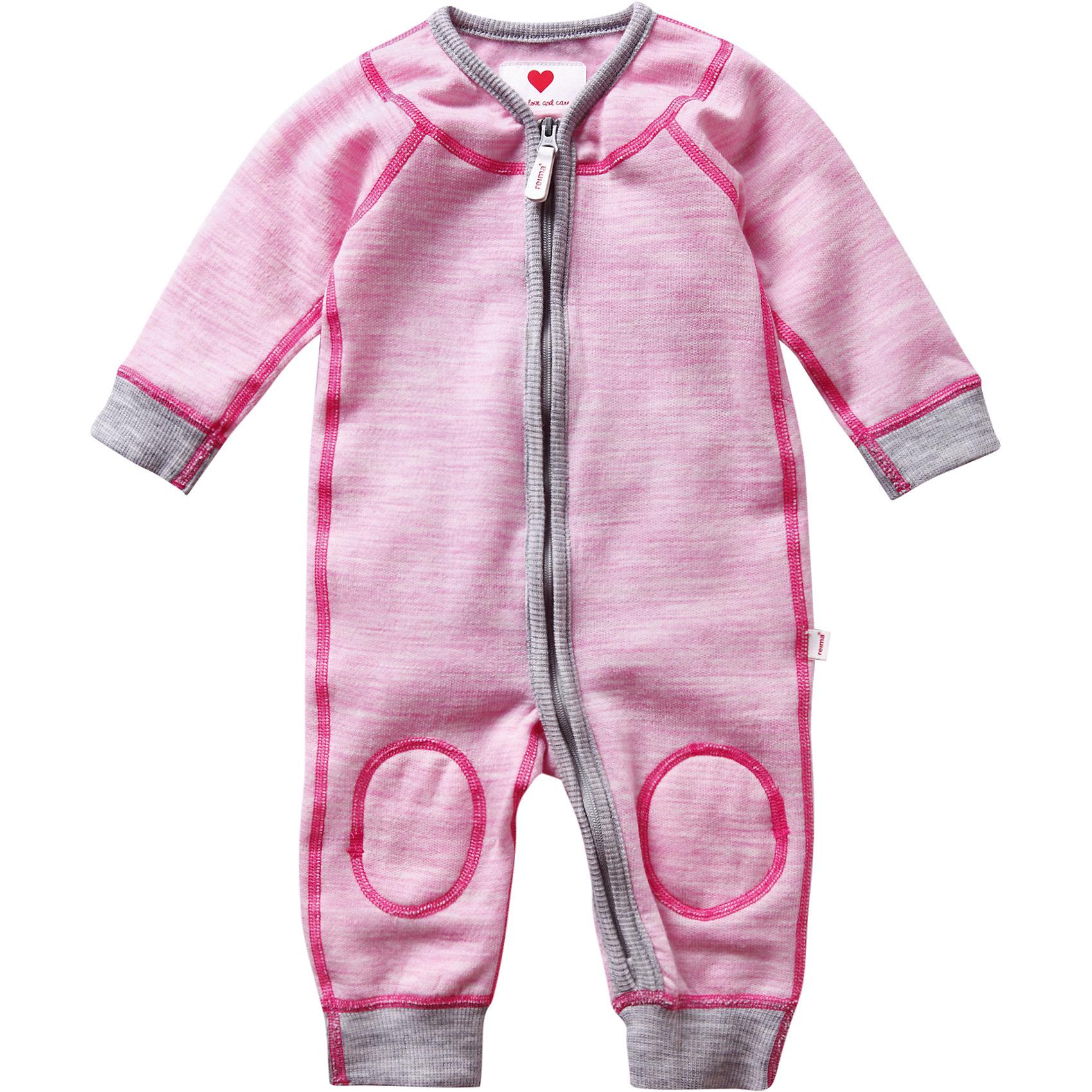 Комбинезон для девочки ReimaКомбинезоны<br>Комбинезон Reima (Рейма), розовый от известного финского производителя теплой детской одежды Reima. Выполнен из сочетания шерсти и полиэстера. Комбинезон обладает воздухопроницаемыми свойствами и позволяет обеспечивать оптимальную температуру.  Все швы на комбинезоне выполнены плоскими и наружными; спереди имеется удлиненная застежка-молния. У рукавов и штанин предусмотрены отворачивающиеся манжеты, что позволит увеличить размер изделия. Комбинезон выполнен в розовом цвете, манжеты на рукавах и штанинах – серые. Комбинезон можно использовать как в качестве отдельного варианта одежды, так и в качестве промежуточного слоя в холодное время года.<br><br>Дополнительная информация:<br><br>- Предназначение: повседневная одежда<br>- Цвет: розовый, серый<br>- Пол: для девочки<br>- Состав: 80% шерсть, 20% полиэстер<br>- Сезон: круглый год<br>- Особенности ухода: машинная стирка при температуре от 30 градусов, глажение<br><br>Подробнее:<br><br>• Для детей в возрасте: от 0 месяцев лет и до 1 месяца<br>• Страна производитель: Китай<br>• Торговый бренд: Reima, Финляндия<br><br>Комбинезон Reima (Рейма), розовый можно купить в нашем интернет-магазине.<br><br>Ширина мм: 215<br>Глубина мм: 88<br>Высота мм: 191<br>Вес г: 336<br>Возраст от месяцев: 0<br>Возраст до месяцев: 1<br>Пол: Женский<br>Возраст: Детский<br>Размер: 50,56<br>SKU: 4863956