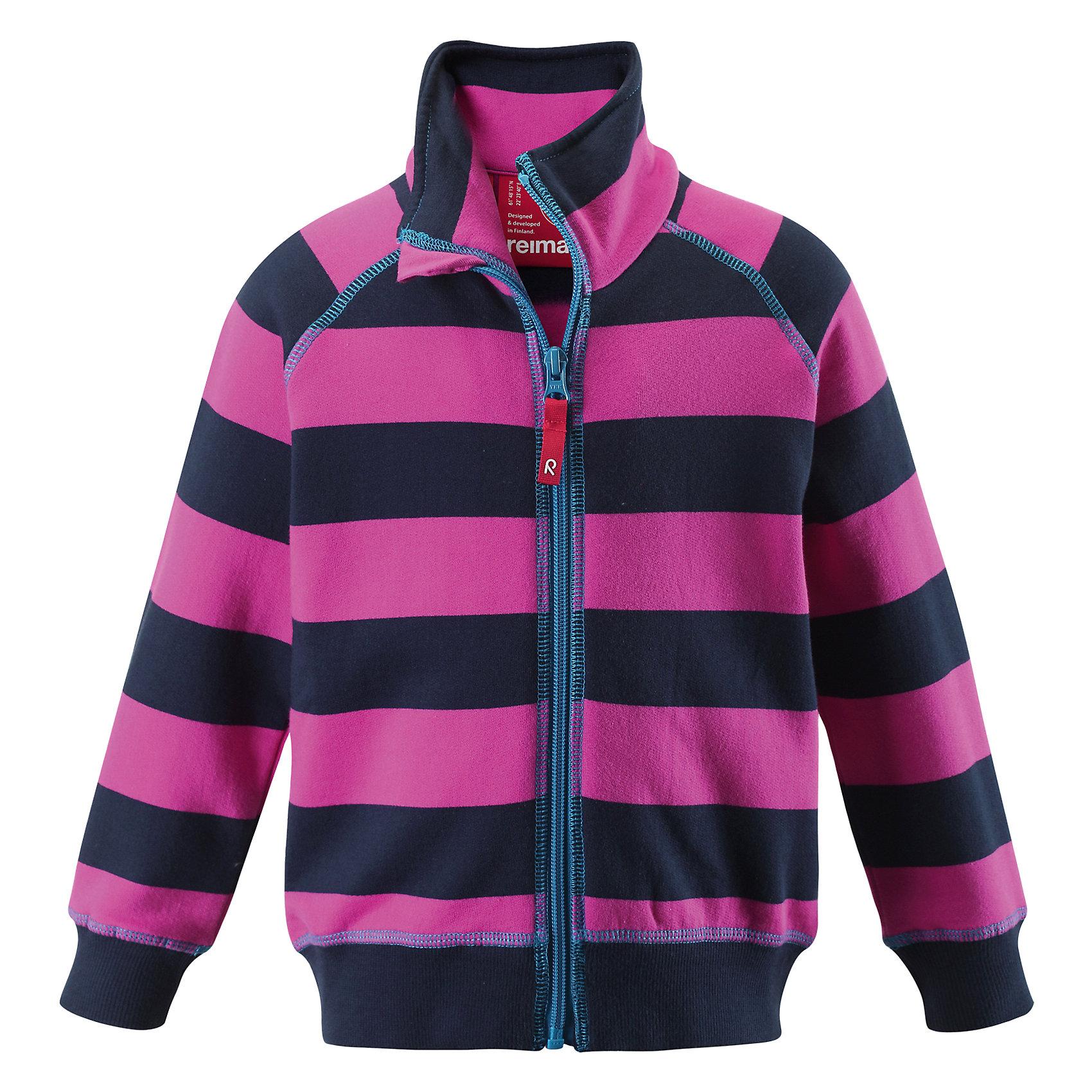 Куртка ReimaКуртка Reima (Рейма), синий от известного финского производителя  детской одежды Reima. Демисезонная куртка выполнена полиэстера, что обеспечивает высокую износоустойчивость, водооталкивающие,  грязеотталкивающие и ветрозащитные свойства. Изделие устойчиво к изменению формы и цвета даже при длительном использовании. Куртка имеет классическую форму: прямой силуэт с удлиненной спинкой, воротник-стойка, застежка-молния с защитой у подбородка, капюшон, рукава с регулировкой по ширине на застежках липучках. На передних боковых полочках имеются накладные карманы. Куртка подходит для прогулок в прохладную и дождливую погоду.<br><br>Дополнительная информация:<br><br>- Предназначение: повседневная одежда для прогулок и активного отдыха<br>- Цвет: синий<br>- Пол: для мальчика<br>- Состав: 100% полиэстер<br>- Сезон: осень-весна (демисезонная)<br>- Особенности ухода: стирать изделие, предварительно вывернув его на левую сторону, не использовать отбеливающие вещества<br><br>Подробнее:<br><br>• Для детей в возрасте: от 1,5 лет и до 2 лет<br>• Страна производитель: Китай<br>• Торговый бренд: Reima, Финляндия<br><br>Куртку Reima (Рейма), синий можно купить в нашем интернет-магазине.<br><br>Ширина мм: 356<br>Глубина мм: 10<br>Высота мм: 245<br>Вес г: 519<br>Возраст от месяцев: 48<br>Возраст до месяцев: 60<br>Пол: Унисекс<br>Возраст: Детский<br>Размер: 110,104,140,122,134,116,128<br>SKU: 4864038