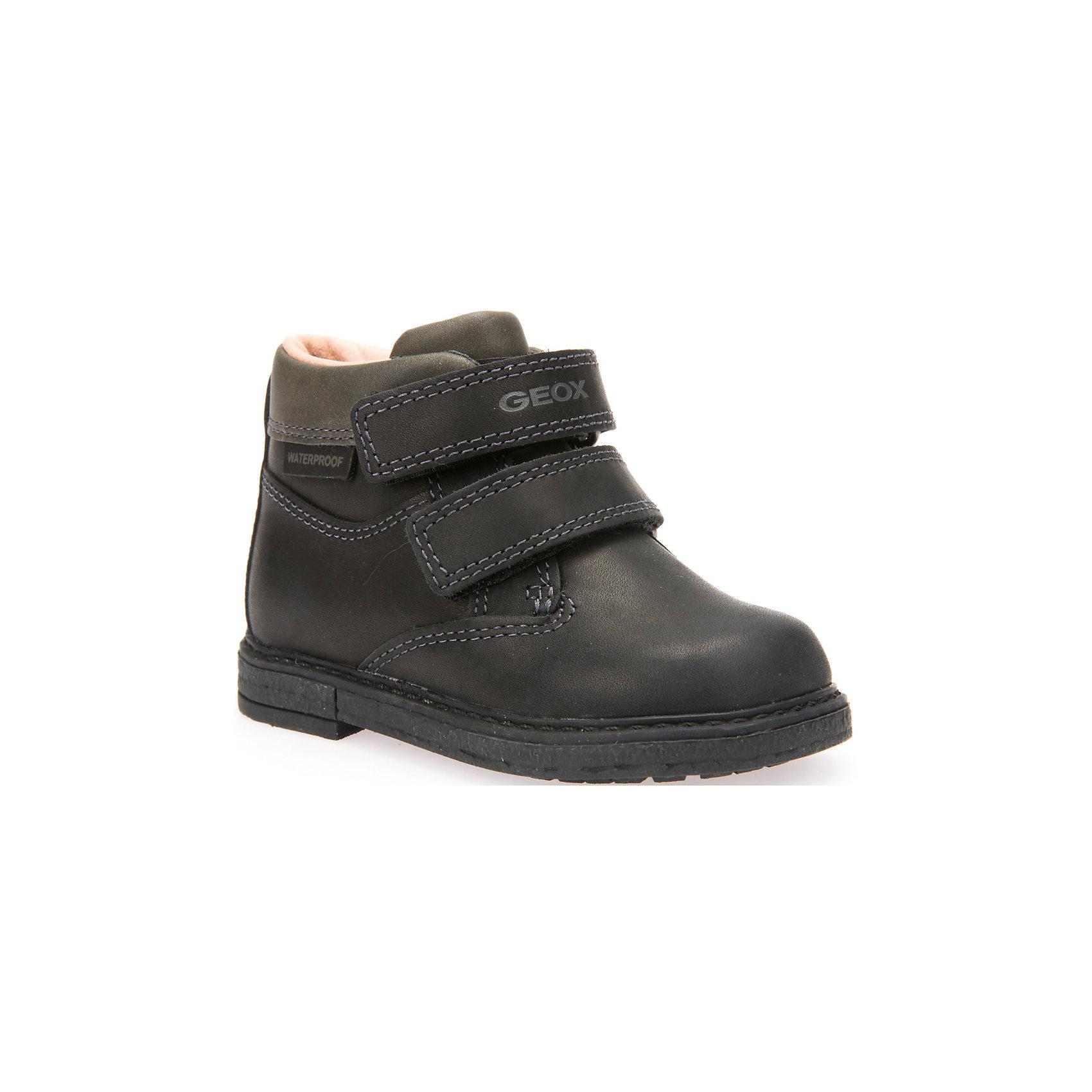 Ботинки для мальчика GEOXБотинки<br>Стильные ботинки для мальчика от знаменитого итальянского бренда взрослой и детской одежды и обуви GEOX (Геокс). Осенние дни станут еще веселее! Ботинки представлены в классическом черном цвете, который отлично подходит к дизайну полусапожек. Разработанная технология подошвы полусапожек не позволяет им скользить, амортизирует шаги, не пропускает воду и позволяет стопе дышать. Мягкая подошва отлично гнется, обеспечивая безопасность шагов, поддерживая стопу, позволяя стоять более уверенно и оставляя свободу движения. Эргономичная антибактериальная стелька и высокий задник хорошо фиксируют голеностоп и удобны в носке. Внутренний гладкий материал позволяет легко их надевать и снимать благодаря практичным липучкам. Ботинки сохраняют тепло маленьких ножек и оставляет их сухими, позволяя им дышать. <br>Дополнительная информация:<br>- Состав:<br>верх:  натуральна кожа<br>подкладка: текстиль<br>стелька: текстиль<br>подошва: резина<br>Ботинки для мальчика GEOX (Геокс) (Геокс) можно купить в нашем магазине.<br>Подробнее:<br>• Для детей в возрасте: от 3 до 8 лет<br>• Номер товара: 4865048<br>Страна производитель: Вьетнам<br><br>Ширина мм: 257<br>Глубина мм: 180<br>Высота мм: 130<br>Вес г: 420<br>Цвет: черный<br>Возраст от месяцев: 24<br>Возраст до месяцев: 24<br>Пол: Мужской<br>Возраст: Детский<br>Размер: 25,23,27,26,24<br>SKU: 4865048