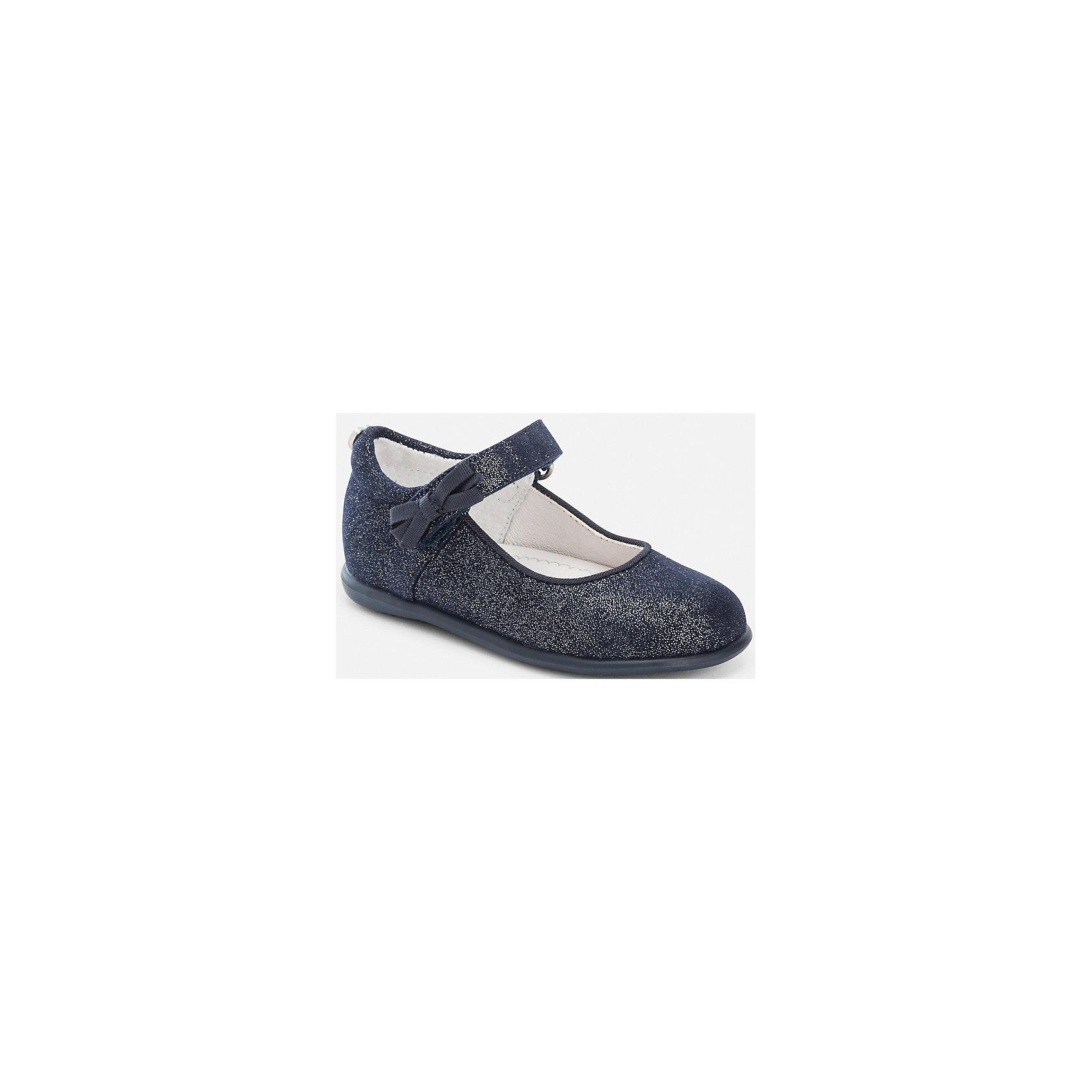 Туфли для девочки MayoralОбувь<br>Туфли для девочки Mayoral от известного испанского бренда Mayoral выполнены из материалов высокого качества: верхняя часть туфелек из экологически безопасного синтетического материала, внутренняя часть из кожи, подошва из антискользящего прорезиненного материала. Обувь имеет анатомически правильную форму, повышенную полноту и застежки на липучке, за счет чего они хорошо садятся на детские ножки. На застежке имеется декоративный бант, а на пятке металлическое сердечко. В туфельках от Mayoral вашей малышке будет удобно и комфортно!<br><br>Дополнительная информация:<br><br>- Предназначение: повседневная обувь, праздничная обувь<br>- Цвет: темно-синий<br>- Пол: для девочки<br>- Сезон: лето<br><br>Подробнее:<br><br>• Для детей в возрасте: от 3 месяцев и до 24 месяцев<br>• Страна производитель: Китай<br>• Торговый бренд: Mayoral<br><br>Туфли для девочки Mayoral (Майорал) можно купить в нашем интернет-магазине.<br><br>Ширина мм: 227<br>Глубина мм: 145<br>Высота мм: 124<br>Вес г: 325<br>Цвет: синий<br>Возраст от месяцев: 12<br>Возраст до месяцев: 15<br>Пол: Женский<br>Возраст: Детский<br>Размер: 20,24,21,22,25,23,19<br>SKU: 4867478