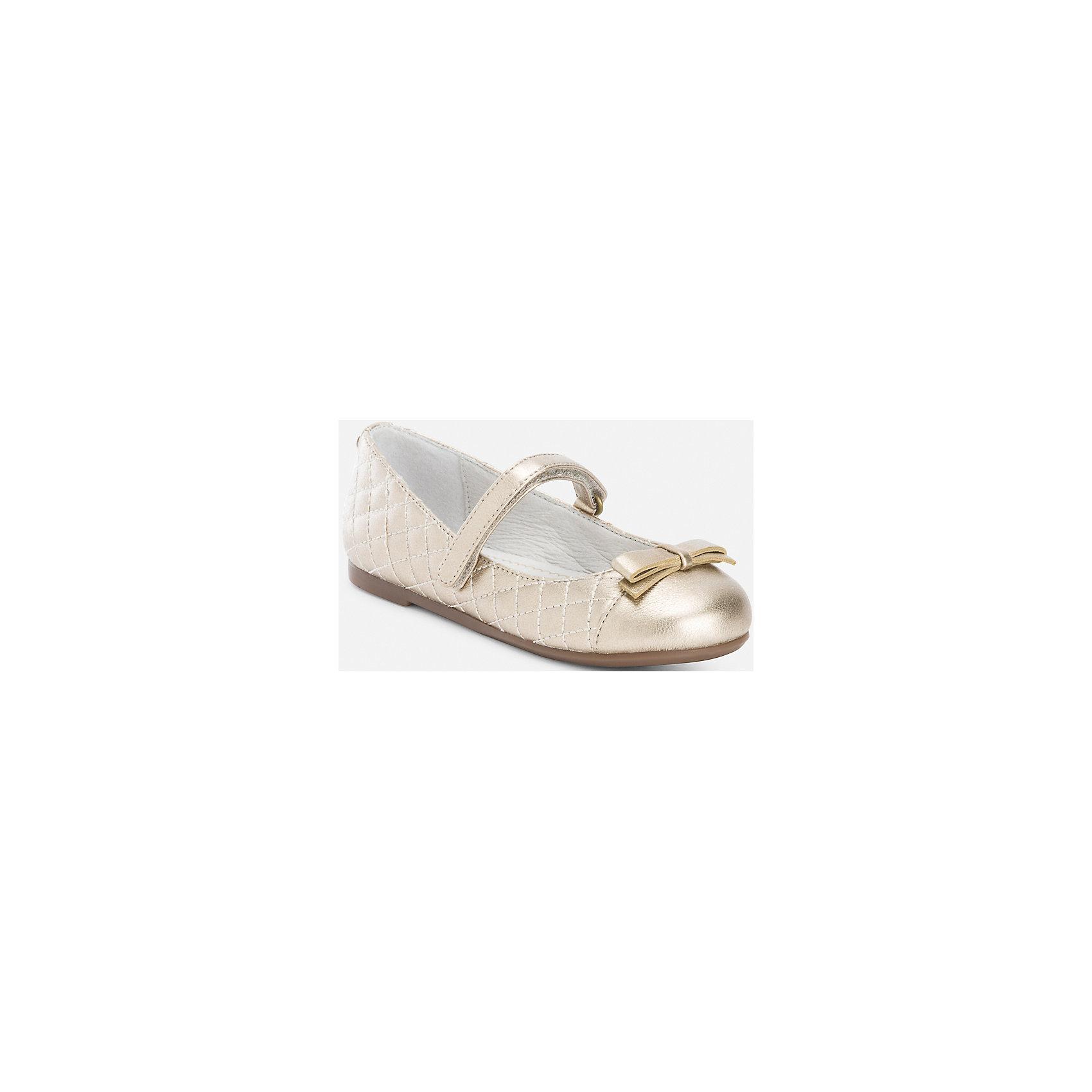 Туфли для девочки MayoralТуфли<br>Туфли для девочки Mayoral от известного испанского бренда Mayoral представляют собой классическую модель – балетки с плоской подошвой и круглым носиком. Выполнены из материалов высокого качества: верхняя часть из экологически безопасного синтетического материала, внутренняя часть из кожи, подошва из антискользящего прорезиненного материала. Обувь имеет анатомически правильную форму,  низкий каблук и гнущуюся подошву, что способствует правильному формированию стопы и служит профилактикой плоскостопия. Застежка спереди выполнена на липучке, на носке имеется декоративный бант. В обуви от Mayoral всегда удобно и комфортно!<br><br>Дополнительная информация:<br><br>- Предназначение: повседневная обувь, праздничная обувь<br>- Цвет: золотой<br>- Пол: для девочки<br>- Сезон: лето<br><br>Подробнее:<br><br>• Для детей в возрасте: от 2 лет и до 9 лет<br>• Страна производитель: Китай<br>• Торговый бренд: Mayoral<br><br>Туфли для девочки Mayoral (Майорал) можно купить в нашем интернет-магазине.<br><br>Ширина мм: 227<br>Глубина мм: 145<br>Высота мм: 124<br>Вес г: 325<br>Цвет: белый<br>Возраст от месяцев: 24<br>Возраст до месяцев: 36<br>Пол: Женский<br>Возраст: Детский<br>Размер: 26,27,30,28,29<br>SKU: 4867492