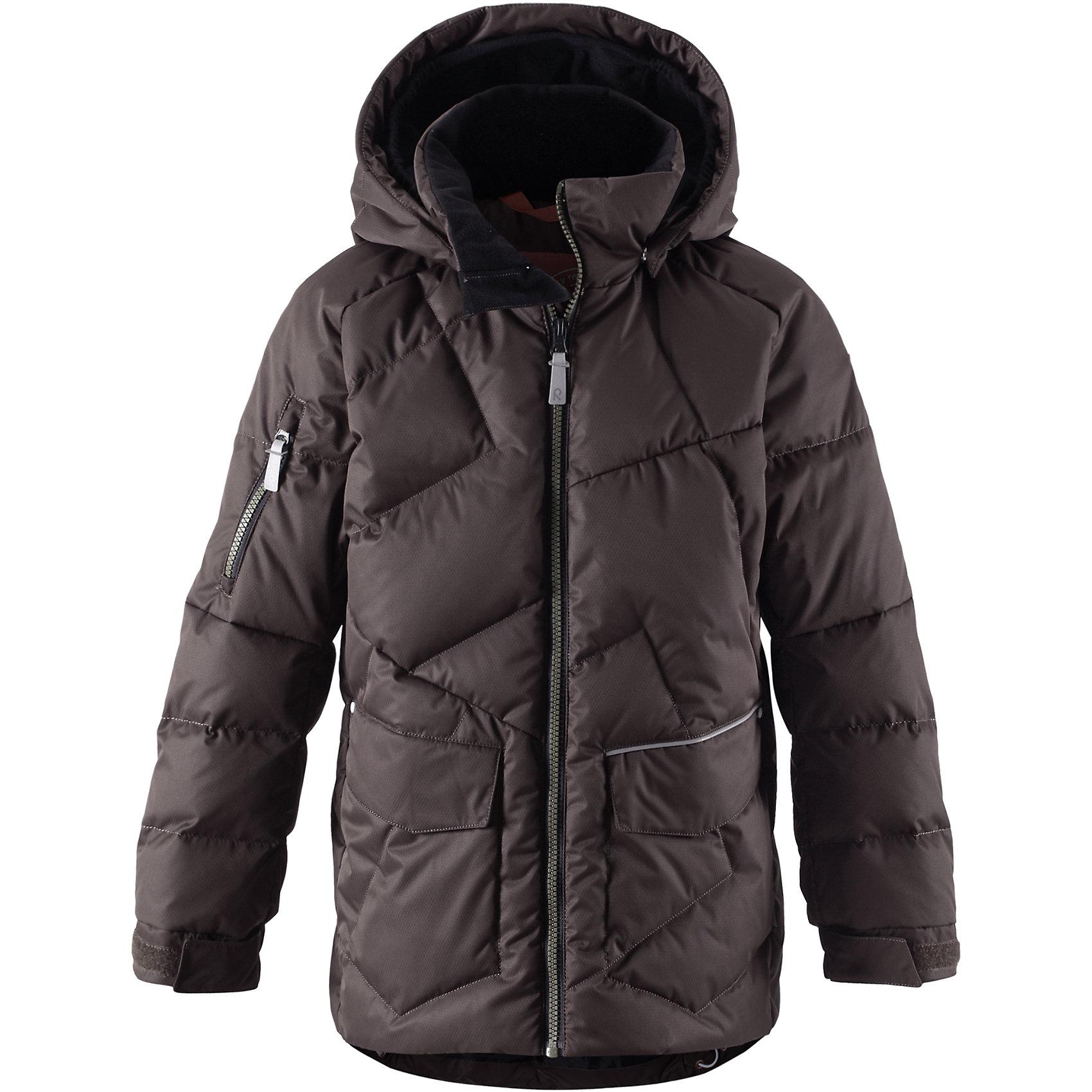 Куртка ReimaКуртка Reima (Рейма), коричневый от известного финского производителя теплой детской одежды Reima. Выполнена из полиэстера высокого качества, который обеспечивает защиту от влаги и ветра, обладает грязеотталкивающими свойствами. Все швы на куртке проекленные. Куртка выполнена в классическом варианте: прямой силуэт с удлиненной спинкой. Изделие имеет съемный капюшон, воротник-стойку, застежку-молнию, спереди имеются два накладных кармана, дополнительный карман – на рукаве. В качестве утеплителя использован пух и перо, что позволяет носить куртку даже в сильные морозы (до -30 градусов).<br><br>Дополнительная информация:<br><br>- Предназначение: повседневная одежда, для прогулок<br>- Цвет: коричневый<br>- Пол: для мальчика<br>- Состав: 100% полиэстер<br>- Сезон: зима<br>- Особенности ухода: стирка запрещена<br><br>Подробнее:<br><br>• Для детей в возрасте: от 8 лет и до 9 лет<br>• Страна производитель: Китай<br>• Торговый бренд: Reima, Финляндия<br><br>Куртку Reima (Рейма), коричневый можно купить в нашем интернет-магазине.<br><br>Ширина мм: 356<br>Глубина мм: 10<br>Высота мм: 245<br>Вес г: 519<br>Цвет: коричневый<br>Возраст от месяцев: 144<br>Возраст до месяцев: 156<br>Пол: Мужской<br>Возраст: Детский<br>Размер: 158,152,164,128,140,146,134<br>SKU: 4869712
