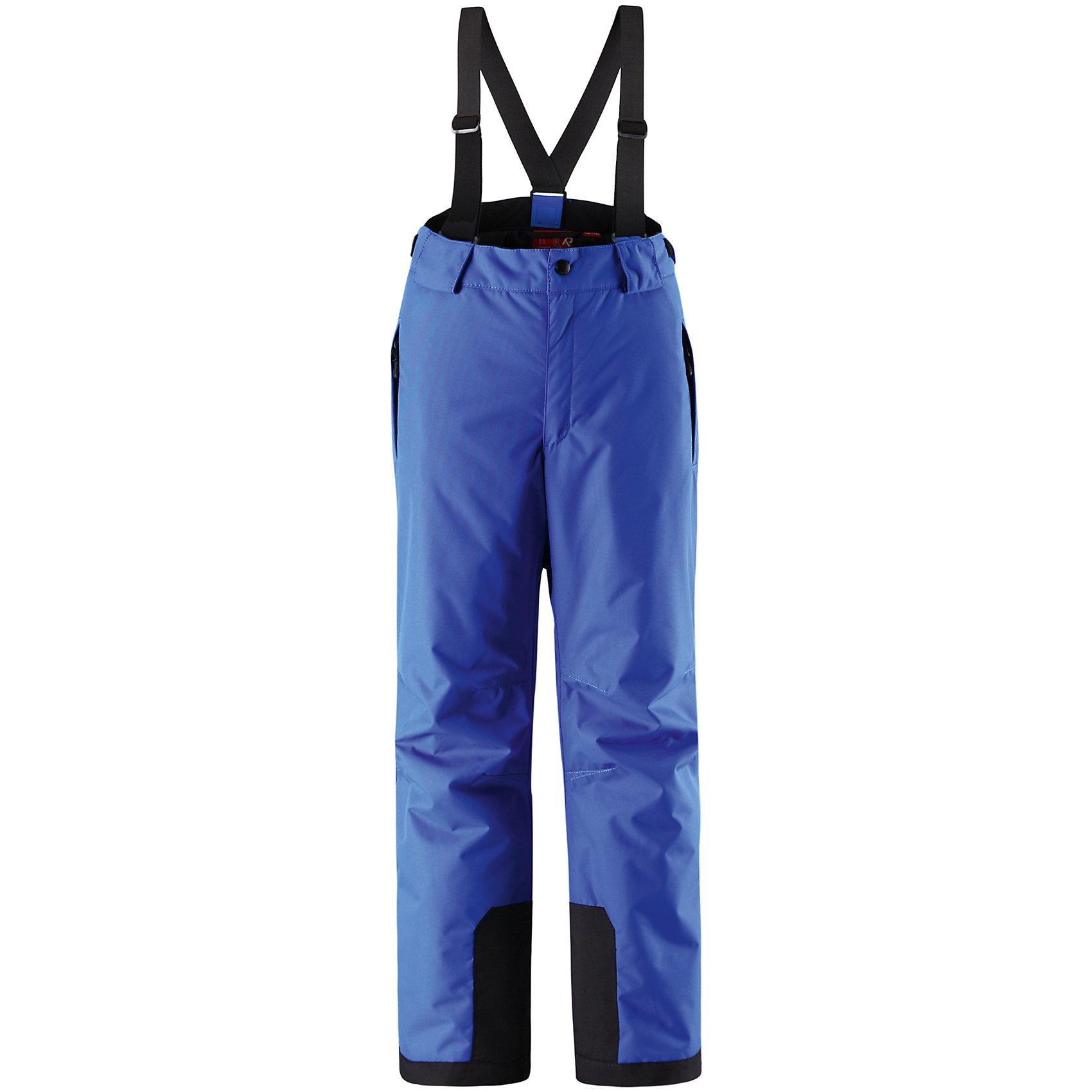 Брюки ReimaБрюки Reima (Рейма), синий от известного финского производителя  детской одежды Reima. Зимние брюки выполнены из полиамида, который обладает высокой износоустойчивостью, воздухопроницаемыми, водооталкивающими и грязеотталкивающими свойствами. Изделие устойчиво к изменению формы и цвета даже при длительном использовании. Силуэт изделия имеет классическую форму: прямые брюки с высокой посадкой, съемными подтяжками и широким поясом. Пояс по ширине регулируется застежками на липучках, по бокам брюк имеются втачные карманы с застежками-молниями. У брюк все швы проклеенные, снизу брючин предусмотрена блокировка на кнопках от попадания снега. Зимние брюки от Reima  можно носить при температуре до - 20 градусов.    <br><br>Дополнительная информация:<br><br>- Предназначение: повседневная одежда для прогулок и активного отдыха<br>- Цвет: синий<br>- Пол: для мальчика/для девочки<br>- Состав: 100% полиамид, полиуретановое покрытие<br>- Сезон: зима<br>- Особенности ухода: стирать изделие, предварительно вывернув его на левую сторону, не использовать отбеливающие вещества<br><br>Подробнее:<br><br>• Для детей в возрасте: от 9 лет и до 10 лет<br>• Страна производитель: Китай<br>• Торговый бренд: Reima, Финляндия<br><br>Брюки Reima (Рейма), синий можно купить в нашем интернет-магазине.<br><br>Ширина мм: 215<br>Глубина мм: 88<br>Высота мм: 191<br>Вес г: 336<br>Цвет: синий<br>Возраст от месяцев: 144<br>Возраст до месяцев: 156<br>Пол: Унисекс<br>Возраст: Детский<br>Размер: 158,164,128,146,134,140,152<br>SKU: 4869755