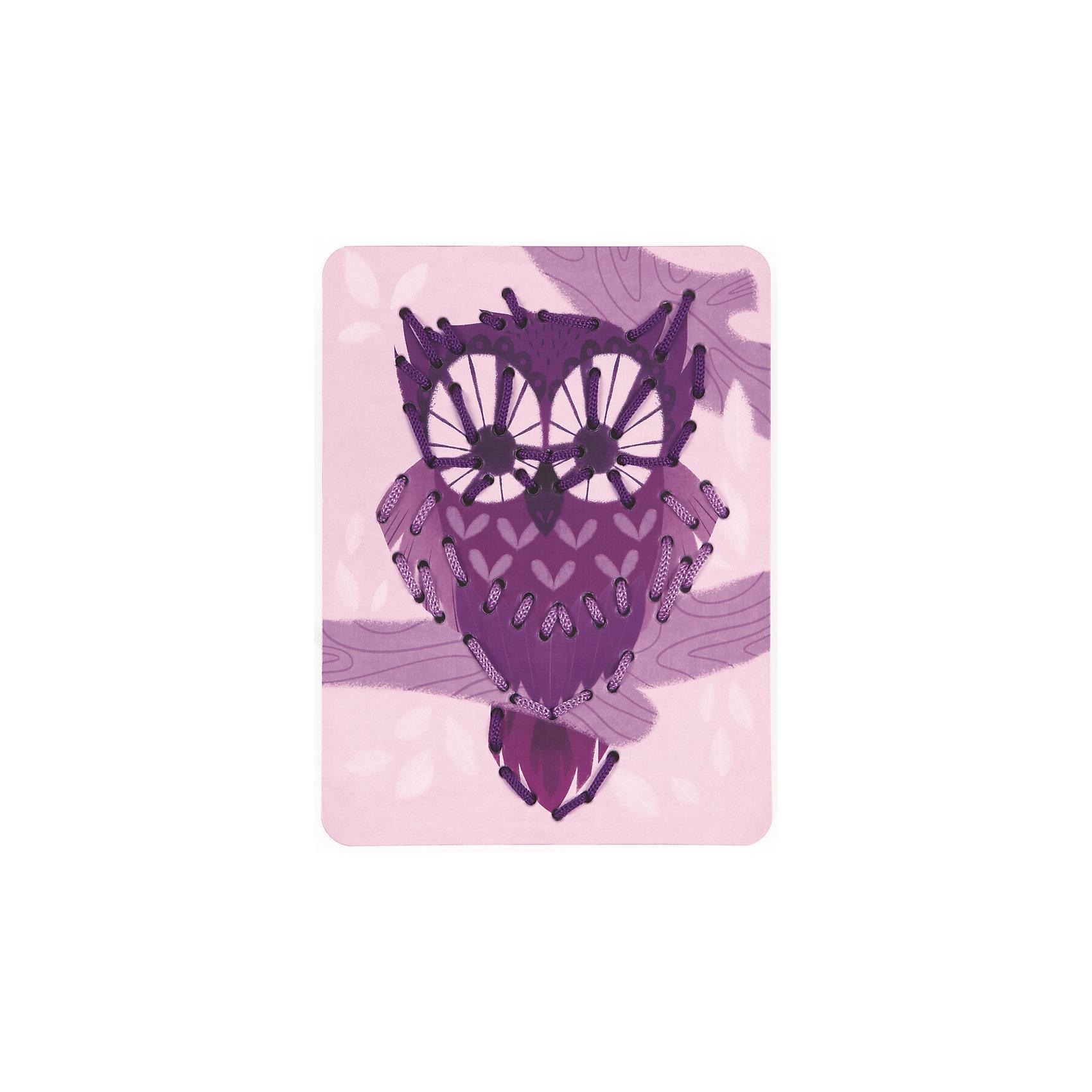 Шнуровка Животные (6 карточек, 13 нитей)Шнуровки<br>Игра «Шнуровка Животные, 6 карт+13 нитей», производства французской компании Janod, предназначена для детей от 3 лет и является одним из видов развивающих игр для детей. Шнуровка развивает мелкую моторику рук и пальцев, что способствует развитию речи ребенка.<br><br>В большой набор входят 6 разноцветных и веселых карточек из картона с изображениями животных - кит, осьминог, еж, лиса, сова, пеликан, а также 13 цветных шнурков.<br><br>На каждую карточку нанесена перфорация по контуру рисунка. В процессе игры, ребенок продевает шнурок через эти отверстия, обозначая силуэт животного. В процессе игры вы сможете помочь ребенку освоить основные цвета, виды животных. Продемонстрируйте ребенку большие карточки и предложите самостоятельно подобрать цвет шнурка.<br><br>Все элементы окрашены естественными цветами и специальными красками, которые безопасны для детей.<br><br>Игрушка упакована в красивую подарочную коробку.<br><br>Игра «Шнуровка Животные, 6 карт+13 нитей»:<br><br>    13 разноцветных шнурков;<br>    6 картонных карточек с изображением животных и перфорацией;<br>    плотный высококачественный картон;<br>    отличная полиграфия;<br>    красивая подарочная упаковка.<br><br>Ширина мм: 17<br>Глубина мм: 20<br>Высота мм: 5<br>Вес г: 500<br>Возраст от месяцев: 36<br>Возраст до месяцев: 2147483647<br>Пол: Унисекс<br>Возраст: Детский<br>SKU: 4871825