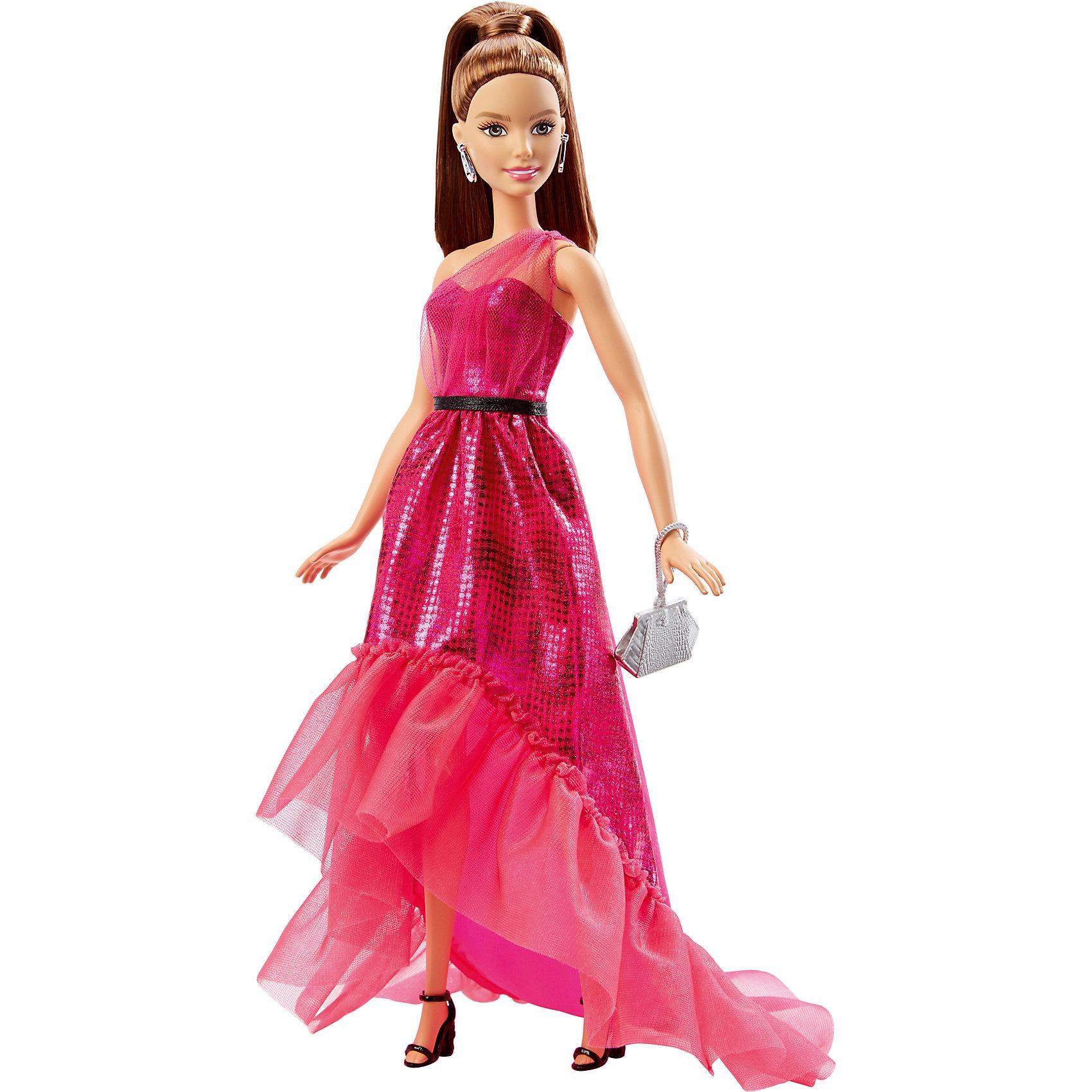 Кукла в вечернем платье-трансформере, BarbieКуклам Барби® идет розовый! Эти потрясающие платья с роскошными аксессуарами и современным покроем — «визитная карточка» Барби®. На выбор есть два варианта. Первый — кружевной верх, блестящая юбка «русалочка» (с тонкими оборками внизу) и длинные светлые волосы с розовыми прядями. Второй — сверкающее платье цвета «розовый металлик» с тонкими оборками на зауженной книзу юбке и темные волосы, собранные в высокий хвостик. У каждой куклы — свои принадлежности: серебряное украшение, подходящие к одежде туфли и сумочка. Барби® всегда одеты идеально и готовы сейчас же отправиться хоть на премьеру, хоть на званый вечер, хоть на показ мод! В наборе — кукла в одежде с обувью, украшением и сумочкой.<br><br>Ширина мм: 330<br>Глубина мм: 170<br>Высота мм: 330<br>Вес г: 279<br>Возраст от месяцев: 36<br>Возраст до месяцев: 396<br>Пол: Женский<br>Возраст: Детский<br>SKU: 4874138