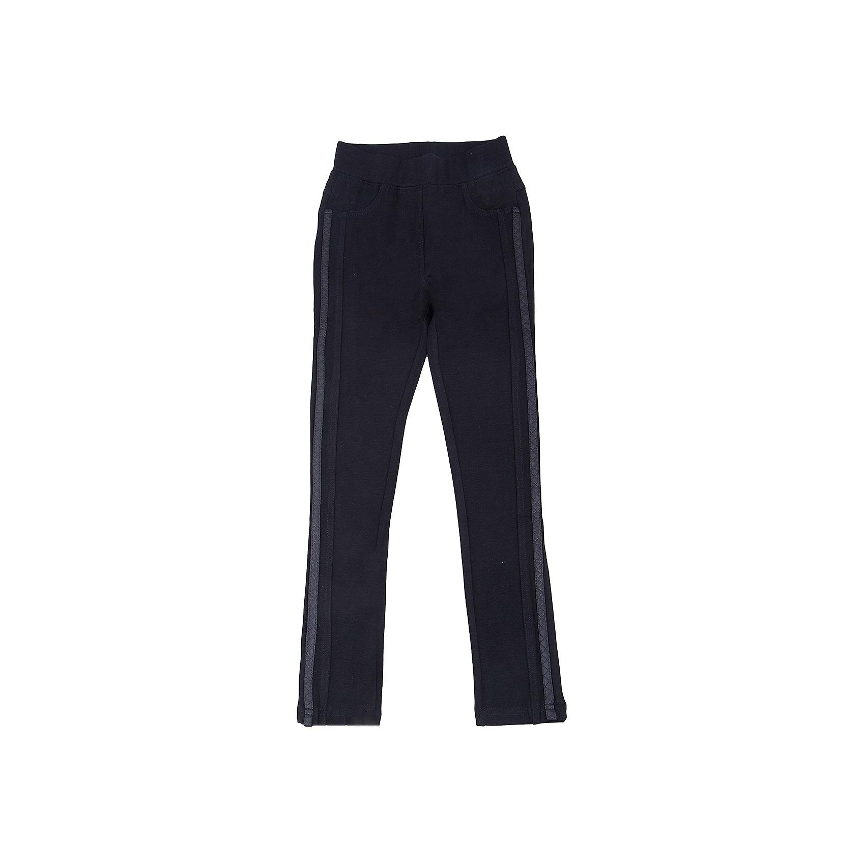 Брюки для девочки LuminosoЛеггинсы<br>Характеристики товара:<br><br>- цвет: черный;<br>- материал: 65% хлопок, 30% полиэстр, 5% эластан;<br>- трикотаж;<br>- отделка по бокам из декоративной тесьмы;<br>- мягкая резинка в поясе.<br><br>Стильная одежда от бренда Luminoso (Люминосо), созданная при участии итальянских дизайнеров, учитывает потребности подростков и последние веяния моды. Она удобная и модная.<br>Эти стильные брюки подходят для ежедневного ношения. Они хорошо сидят на ребенке, обеспечивают комфорт и отлично сочетаются с одежной разных стилей. Модель отличается высоким качеством материала и продуманным дизайном. Натуральный хлопок в составе изделия делает его дышащим, приятным на ощупь и гипоаллергеным.<br><br>Брюки для девочки от бренда Luminoso (Люминосо) можно купить в нашем интернет-магазине.<br><br>Ширина мм: 215<br>Глубина мм: 88<br>Высота мм: 191<br>Вес г: 336<br>Цвет: черный<br>Возраст от месяцев: 132<br>Возраст до месяцев: 144<br>Пол: Женский<br>Возраст: Детский<br>Размер: 152,158,164,134,140,146<br>SKU: 4929654