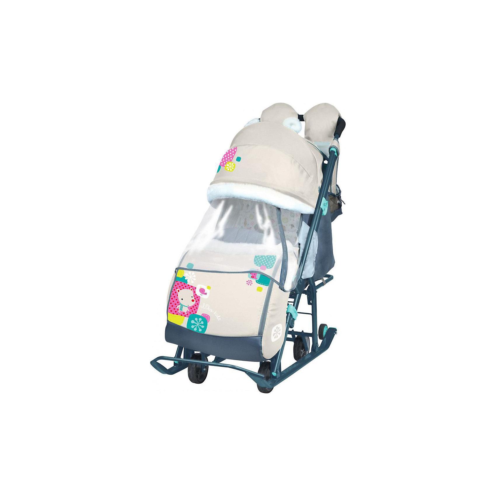 Санки-коляска Ника детям  7-2 (2016), Коллаж-мишка, бежевыйС колесиками<br>Санки-коляска Ника детям 7-2, Коллаж-мишка, бежевый – легкое передвижение в снежную погоду.<br>Удобные санки оснащены пятиточечными ремнями безопасности, которые предотвращают выпадение малыша из колясок даже при очень быстрой ходьбе. Благодаря широким полозьям и транспортировочным колесам санки-коляску очень легко перемещать и возить как по бездорожью, так и по дорогам с небольшим количеством снега. Чехол для ножек и капюшон с окошком позволяют малышу укрыться от снега, ветра, метели и не заскучать. Спинка регулируется в трех положениях, а специальная подножка позволяет ребенку удобно разместиться лежа. Ручка для родителей имеет два положения: сзади санок и спереди, и оснащена теплыми варежками для долгих прогулок. В комплект к санкам идет вместительная сумка.<br><br>Дополнительная информация:<br><br>- материал: металл, полиэсте <br>- размер в разложенном виде (с выдвинутой колесной базой):105х44,5х109,5 см<br>- высота ручки от земли: 93 см<br>- размер сиденья: 32 х 29 см<br>- размер спинки: 33х43 см<br>- размер в сложенном виде: 110,5х44,5х28 см<br>- вес: 10,3 кг<br>- максимальный вес ребенка: 25 кг<br><br>ВНИМАНИЕ!!! Второе и последующее фото показывает функционал товара<br><br>Санки-коляска Ника детям 7-2, Коллаж-мишка, бежевый можно купить в нашем магазине.<br><br>Ширина мм: 1105<br>Глубина мм: 445<br>Высота мм: 280<br>Вес г: 11000<br>Цвет: бежевый<br>Возраст от месяцев: 12<br>Возраст до месяцев: 48<br>Пол: Унисекс<br>Возраст: Детский<br>SKU: 4937469