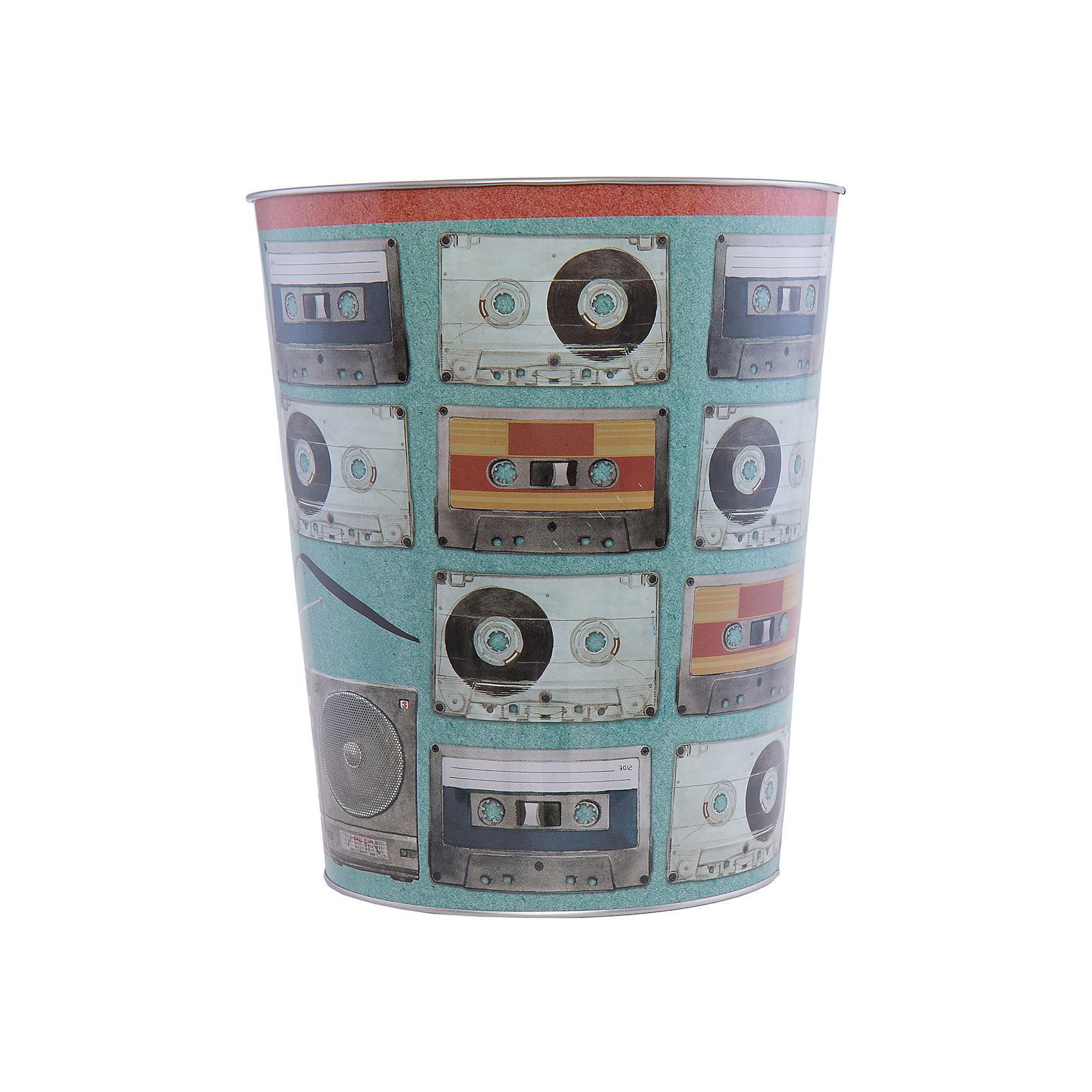 Ведро мусорное АудиокассетыПорядок в детской<br>Аудиокассеты - ведро для мусора, сделанное из металла и украшенное рисунком с аудиокассетами. Простое и практичное ведро удобно использовать как дома, так и на рабочем месте.<br><br>Дополнительная информация:<br>Материал: металл<br>Диаметр: 22,5 см<br>Высота: 26,5 см<br>Вес: 390 грамм<br>Мусорное ведро Аудиокассеты можно приобрести в нашем интернет-магазине.<br><br>Ширина мм: 690<br>Глубина мм: 250<br>Высота мм: 240<br>Вес г: 411<br>Возраст от месяцев: 84<br>Возраст до месяцев: 216<br>Пол: Унисекс<br>Возраст: Детский<br>SKU: 4957978