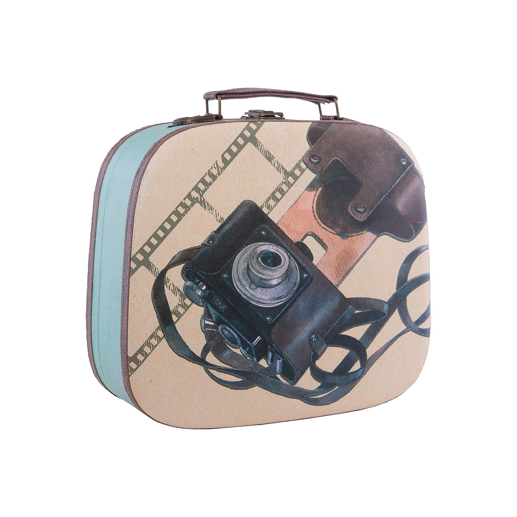 Шкатулка декоративная  ФотоаппаратДекоративная шкатулка Фотоаппарат изготовлена из материалов высокого качества, выполнена в форме сумочки, имеет удобную ручку и декорирована оригинальным рисунком с советским фотоаппаратом. В этой шкатулке удобно будет хранить самые ценные предметы и различные безделушки.<br><br>Дополнительная информация:<br>Материал: МДФ<br>Размер: 10,5х28,5х25 см<br>Вес: 1005 грамм<br>Декоративную шкатулку Фотоаппарат вы можете приобрести в нашем интернет-магазине.<br><br>Ширина мм: 320<br>Глубина мм: 370<br>Высота мм: 560<br>Вес г: 700<br>Возраст от месяцев: 84<br>Возраст до месяцев: 216<br>Пол: Унисекс<br>Возраст: Детский<br>SKU: 4957989