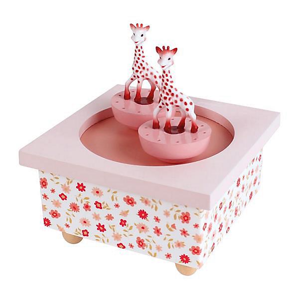Музыкальная шкатулка Sophie The Giraffe©, TrousselierДетские предметы интерьера<br>Музыкальная шкатулка Sophie The Giraffe©, Trousselier<br><br>ВНИМАНИЕ! Шкатулка предназначена для декора комнаты, она не открывается и хранить в ней разные мелочи и бижутерию невозможно.<br><br>Какая девочка не мечтает о музыкальной шкатулке? Подарите девочке настоящую музыкальную шкатулку с заводным механизмом от французской компании Trousselier. Шкатулка проигрывает приятную мелодию, заводится с помощью ключика.<br>Она выглядит очень красиво - на ней симпатичные фигурки, которые кружатся при проигрывании мелодии. Шкатулка упакована в подарочную коробку производителя. Изделие произведено из высококачественных материалов, и соответствует европейским стандартам безопасности.<br><br>Дополнительная информация:<br><br>цвет: разноцветный;<br>материал: дерево;<br>подарочная упаковка;<br>заводной механизм;<br>размер: 11 х 11 х 7 см.<br><br>Музыкальную шкатулку Sophie The Giraffe© от французской компании Trousselier можно купить в нашем магазине.<br><br>Ширина мм: 114<br>Глубина мм: 114<br>Высота мм: 70<br>Вес г: 290<br>Возраст от месяцев: 12<br>Возраст до месяцев: 216<br>Пол: Женский<br>Возраст: Детский<br>SKU: 4961874