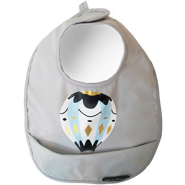 Нагрудник полиуретан Moon Baloon, Elodie DetailsНагрудники и салфетки<br>Нагрудник Elodie detalis       Стильный нагрудник Elodie details - незаменимый аксессуар для ухода за малышом. Он отлично удерживает влагу, при этом оставаясь сухим.   - ПВХ с покрытием из полиэстера  - Легко моется  - Мягкая застежка на липучке  - Кармашек, задерживающий жидкость и крошки  КоллекцияElodie Details Moon Baloon полна литературных аллюзий - само название, а также романтичный воздушный шар дизайнеры шведского бренда позаимствовали у известной американской художницы Джоан Дрешер (Joan Drescher), участницы большого благотворительного проекта Массачусетса Moon Baloon. По большому счетуMoon Baloon - это детская красочно иллюстрированная книга, которая была выпущена с целью арт-терапии больных детей и имела небывалый успех. А фраза, использованная на пустышке - Люблю тебя до луны и обратно - прямая цитата из доброй сказки ирландского писателяСэма Макбратни.<br><br>Ширина мм: 350<br>Глубина мм: 300<br>Высота мм: 13<br>Вес г: 90<br>Возраст от месяцев: 0<br>Возраст до месяцев: 36<br>Пол: Мужской<br>Возраст: Детский<br>SKU: 4966085