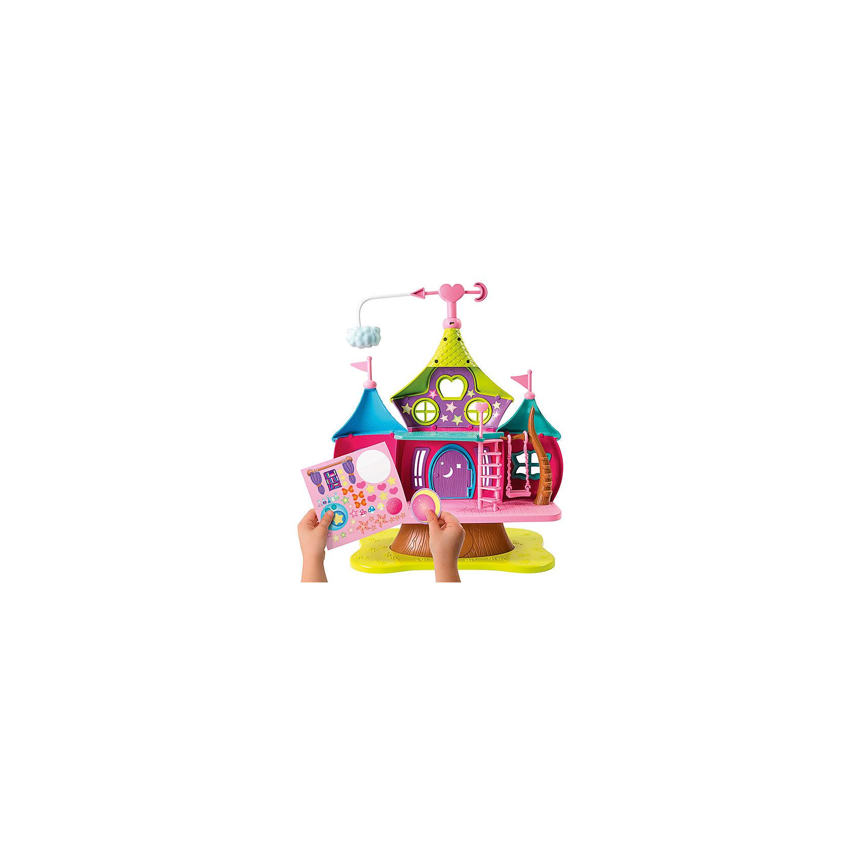 Дом волшебниц с фигуркой Хэйзл, м/ф Маленькие волшебницы, Spin MasterДомики и мебель<br>Новинка от всемирно известного производителя Spin Master - игрушка по мотивам мультфильма Маленькие волшебницы. Очаровательный кукольный домик выглядит ярко и очень эффектно. У него два этажа, есть лестница и подвесные качели. Также имеется котел, в котором варится волшебное зелье. В комплект также входит небольшая фигурка одной из главных героинь мультфильма - Хэйзл  (размер около 8 см, руки и ноги подвижны). Кроме того, в набор включен лист с наклейками, ими можно декорировать дом по своему усмотрению.<br><br>Ширина мм: 490<br>Глубина мм: 380<br>Высота мм: 130<br>Вес г: 1775<br>Возраст от месяцев: 36<br>Возраст до месяцев: 120<br>Пол: Женский<br>Возраст: Детский<br>SKU: 4967269