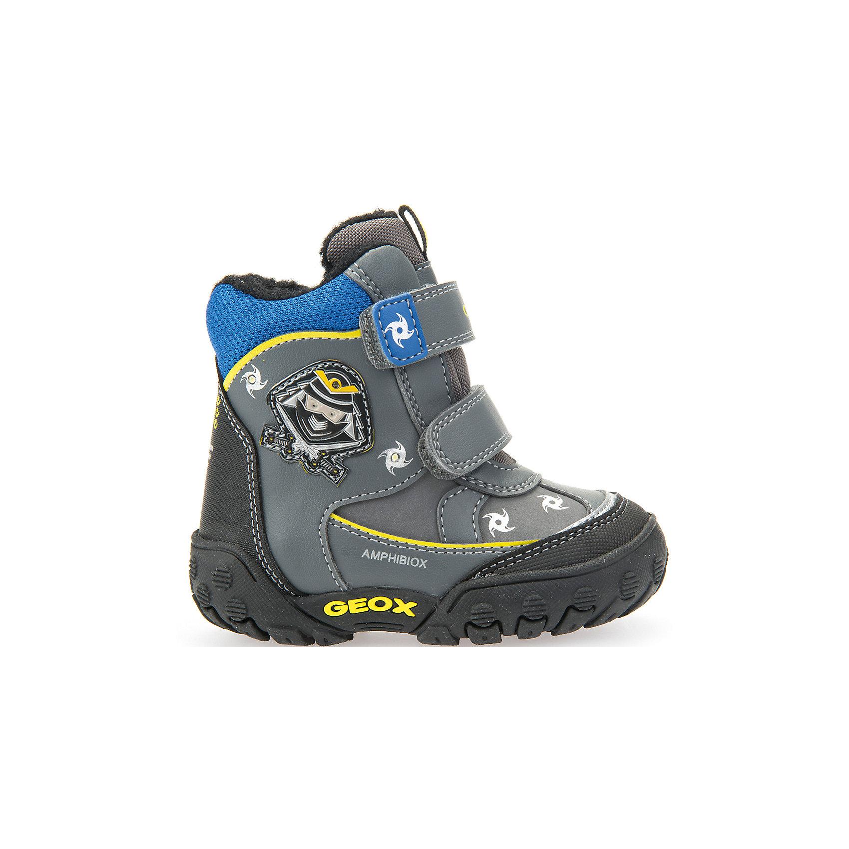 Ботинки со светодиодами для мальчика GEOXБотинки<br>Полусапоги GEOX (ГЕОКС)<br>Полусапоги от GEOX (ГЕОКС) идеально подходят для холодной погоды. Они выполнены из искусственной кожи, декорированы фактурным мультипликационным светящимся изображением. Плотная мягкая подкладка из искусственного меха согревает чувствительные детские ноги. Термоизоляционная «дышащая» стелька с алюминиевым слоем улучшает тепловое сопротивление в холодных условиях, повышая температуру внутри обуви. Влага не застаивается в обуви, благодаря чему создается идеальный микроклимат, который держит ноги теплыми и сухими, и позволяет им дышать естественно. Застежки-липучки облегчают снимание и надевание обуви и надежно фиксируют ее на ногах. Колодка соответствует анатомическим особенностям строения детской стопы. Качественная амортизация снижает нагрузку на суставы. Запатентованная гибкая перфорированная подошва со специальной микропористой мембраной обеспечивает естественное дыхание обуви, формирует оптимальный внутренний микроклимат, не пропускает воду, не скользит.<br><br>Дополнительная информация:<br><br>- Сезон: зима<br>- Цвет: серый<br>- Материал верха: искусственная кожа<br>- Внутренний материал: искусственный мех<br>- Материал стельки: текстиль<br>- Материал подошвы: резина<br>- Тип застежки: липучки<br>- Технология Amphibiox<br>- Материалы и продукция прошли специальную проверку T?V S?D, на отсутствие веществ, опасных для здоровья покупателей<br><br>Полусапоги GEOX (ГЕОКС) можно купить в нашем интернет-магазине.<br><br>Ширина мм: 257<br>Глубина мм: 180<br>Высота мм: 130<br>Вес г: 420<br>Цвет: серый<br>Возраст от месяцев: 21<br>Возраст до месяцев: 24<br>Пол: Мужской<br>Возраст: Детский<br>Размер: 24,27,23,25,26<br>SKU: 4968212