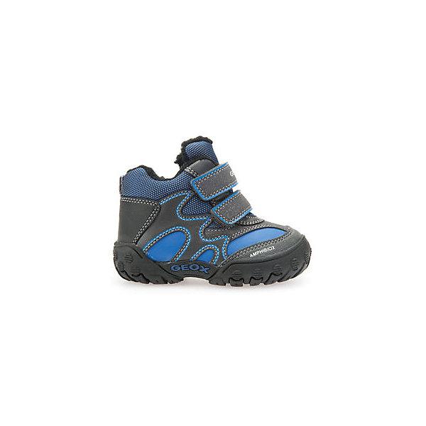 Ботинки для мальчика GeoxОбувь для малышей<br>Ботинки GEOX (ГЕОКС)<br>Ботинки от GEOX (ГЕОКС), выполненные из искусственной кожи и прочного текстиля, идеально подходят для холодной погоды. Плотная мягкая подкладка из искусственного меха согревает чувствительные детские ноги. Текстильная стелька улучшает тепловое сопротивление в холодных условиях, повышая температуру внутри обуви. Влага не застаивается в обуви, благодаря чему создается идеальный микроклимат, который держит ноги теплыми и сухими, и позволяет им дышать естественно. Застежки-липучки облегчают снимание и надевание обуви и надежно фиксируют ее на ногах. Колодка соответствует анатомическим особенностям строения детской стопы. Качественная амортизация снижает нагрузку на суставы. Запатентованная гибкая перфорированная подошва со специальной микропористой мембраной обеспечивает естественное дыхание обуви, не пропускает воду, не скользит.<br><br>Дополнительная информация:<br><br>- Сезон: зима<br>- Цвет: синий, серый<br>- Материал верха: искусственная кожа, текстиль<br>- Внутренний материал: искусственный мех<br>- Материал стельки: текстиль<br>- Материал подошвы: резина<br>- Тип застежки: липучки<br>- Технология Amphibiox<br>- Материалы и продукция прошли специальную проверку T?V S?D, на отсутствие веществ, опасных для здоровья покупателей<br><br>Ботинки GEOX (ГЕОКС) можно купить в нашем интернет-магазине.<br><br>Ширина мм: 257<br>Глубина мм: 180<br>Высота мм: 130<br>Вес г: 420<br>Цвет: синий<br>Возраст от месяцев: 24<br>Возраст до месяцев: 24<br>Пол: Мужской<br>Возраст: Детский<br>Размер: 25,23,27,26,24<br>SKU: 4968224
