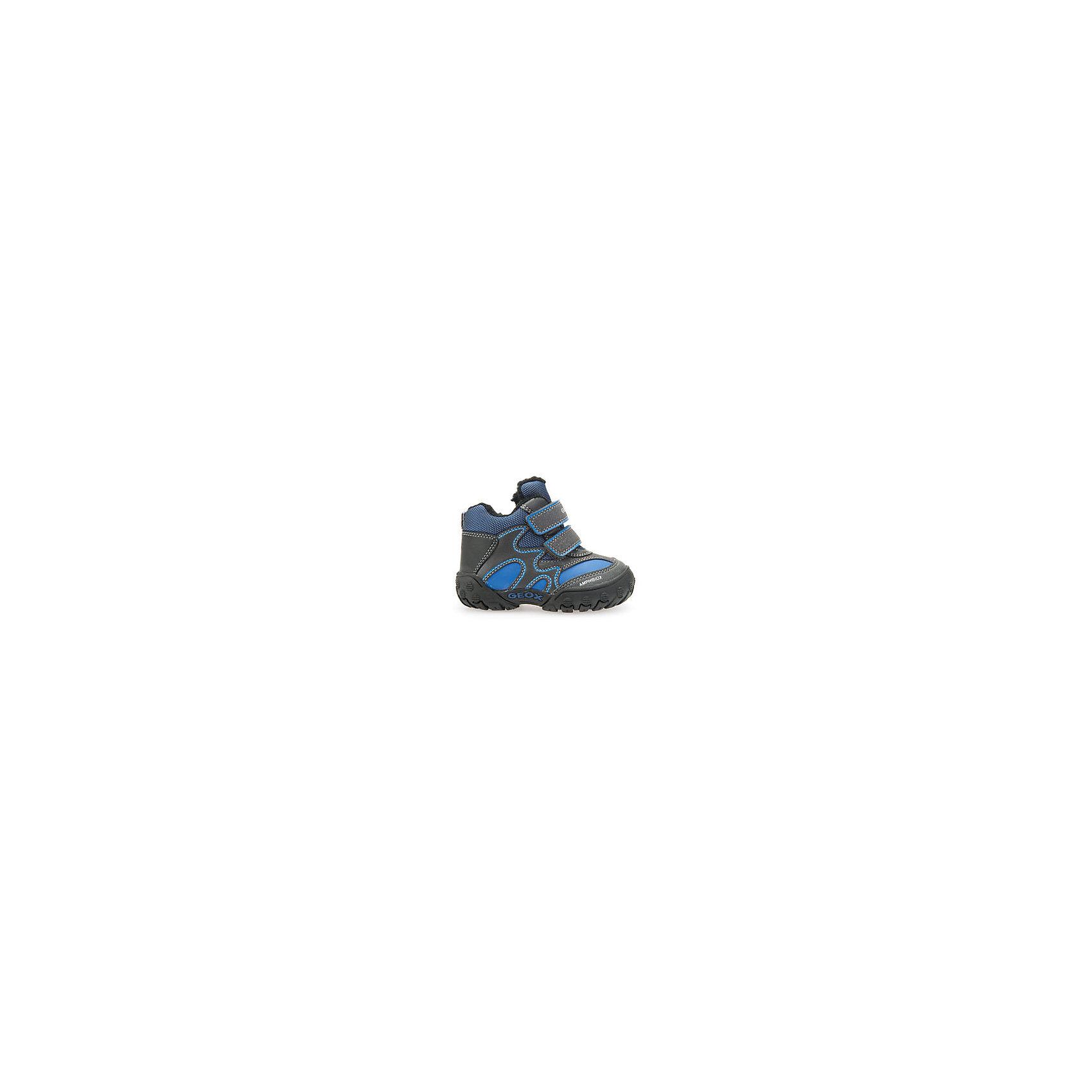 Ботинки для мальчика GeoxОбувь для малышей<br>Ботинки GEOX (ГЕОКС)<br>Ботинки от GEOX (ГЕОКС), выполненные из искусственной кожи и прочного текстиля, идеально подходят для холодной погоды. Плотная мягкая подкладка из искусственного меха согревает чувствительные детские ноги. Текстильная стелька улучшает тепловое сопротивление в холодных условиях, повышая температуру внутри обуви. Влага не застаивается в обуви, благодаря чему создается идеальный микроклимат, который держит ноги теплыми и сухими, и позволяет им дышать естественно. Застежки-липучки облегчают снимание и надевание обуви и надежно фиксируют ее на ногах. Колодка соответствует анатомическим особенностям строения детской стопы. Качественная амортизация снижает нагрузку на суставы. Запатентованная гибкая перфорированная подошва со специальной микропористой мембраной обеспечивает естественное дыхание обуви, не пропускает воду, не скользит.<br><br>Дополнительная информация:<br><br>- Сезон: зима<br>- Цвет: синий, серый<br>- Материал верха: искусственная кожа, текстиль<br>- Внутренний материал: искусственный мех<br>- Материал стельки: текстиль<br>- Материал подошвы: резина<br>- Тип застежки: липучки<br>- Технология Amphibiox<br>- Материалы и продукция прошли специальную проверку T?V S?D, на отсутствие веществ, опасных для здоровья покупателей<br><br>Ботинки GEOX (ГЕОКС) можно купить в нашем интернет-магазине.<br><br>Ширина мм: 257<br>Глубина мм: 180<br>Высота мм: 130<br>Вес г: 420<br>Цвет: синий<br>Возраст от месяцев: 36<br>Возраст до месяцев: 48<br>Пол: Мужской<br>Возраст: Детский<br>Размер: 27,23,24,25,26<br>SKU: 4968224