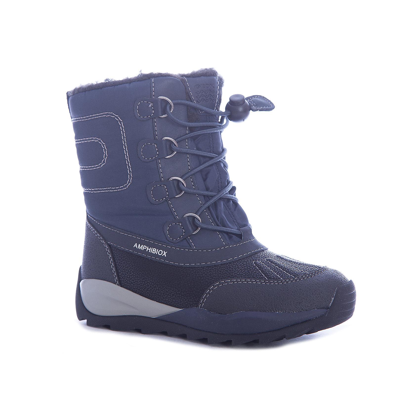 Сноубутсы для мальчика GeoxСапоги<br>Полусапоги GEOX (ГЕОКС)<br>Полусапоги от GEOX (ГЕОКС), выполненные из искусственной кожи и прочного текстиля, идеально подходят для холодной погоды. Плотная мягкая подкладка из искусственного меха согревает чувствительные детские ноги. Текстильная стелька улучшает тепловое сопротивление в холодных условиях, повышая температуру внутри обуви. Влага не застаивается в обуви, благодаря чему создается идеальный микроклимат, который держит ноги теплыми и сухими, и позволяет им дышать естественно. Колодка соответствует анатомическим особенностям строения детской стопы. Качественная амортизация снижает нагрузку на суставы. Запатентованная гибкая перфорированная подошва со специальной микропористой мембраной обеспечивает естественное дыхание обуви, не пропускает воду, не скользит. Модель имеет усиленный мыс и функциональную шнуровку.<br><br>Дополнительная информация:<br><br>- Сезон: зима<br>- Цвет: черный, синий<br>- Материал верха: искусственная кожа, текстиль<br>- Внутренний материал: искусственный мех<br>- Материал стельки: текстиль<br>- Материал подошвы: резина<br>- Тип застежки: шнуровка<br>- Высота голенища/задника: 13,5 см.<br>- Технология Amphibiox<br>- Материалы и продукция прошли специальную проверку T?V S?D, на отсутствие веществ, опасных для здоровья покупателей<br><br>Полусапоги GEOX (ГЕОКС) можно купить в нашем интернет-магазине.<br><br>Ширина мм: 257<br>Глубина мм: 180<br>Высота мм: 130<br>Вес г: 420<br>Цвет: черный<br>Возраст от месяцев: 36<br>Возраст до месяцев: 48<br>Пол: Мужской<br>Возраст: Детский<br>Размер: 27,34,28,29,30,31,32,33<br>SKU: 4968259