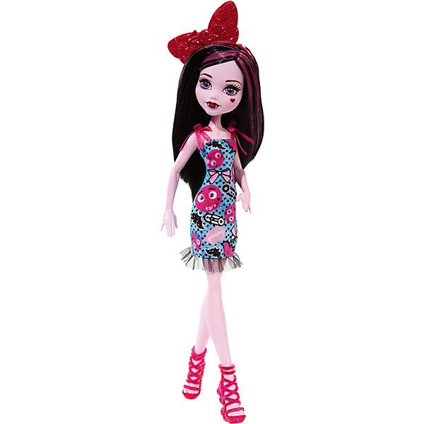 Кукла, Monster HighКуклы<br>Обворожительная Дракулаура из Школы Монстров на этот раз выбрала для себя милый образ Emoji. Длинные черные волосы с розовыми прядями украшены обручем с огромным красным бантом. Платье с удивленными и грустными смайлами остается в любимом стиле дочери графа Дракулы. Воздушные завязки на плечиках и сетчатые оборки на подоле платья делают образ Дракулауры еще более милым и воздушным. Стильные туфли с ремешками отлично сочетаются с нарядом. Плечи, бедра и голова куклы подвижны. Очаровательная Дракулаура станет лучшим подарком любительницам смайлов и мультфильма Monster High!<br><br>Дополнительная информация:<br>Материал: пластик, текстиль<br><br>Куклу Дракулаура(Monster High) вы можете приобрести в нашем интернет-магазине.<br>Ширина мм: 332; Глубина мм: 106; Высота мм: 63; Вес г: 174; Возраст от месяцев: 72; Возраст до месяцев: 120; Пол: Женский; Возраст: Детский; SKU: 4973472;