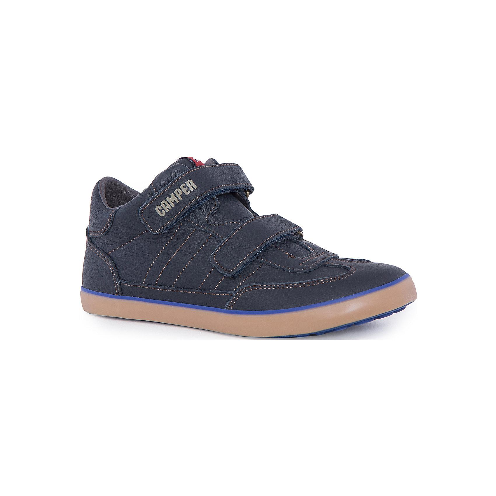 Ботинки для мальчика CamperБотинки<br>Характеристики:<br><br>• Предназначение: повседневная обувь<br>• Сезон: демисезонные<br>• Пол: для мальчика<br>• Цвет: синий<br>• Материал верха и стельки: натуральная кожа<br>• Материал подошвы: резина<br>• Тип каблука и подошвы: плоская<br>• Тип застежки: ремешки-липучки<br>• Уход: удаление загрязнений мягкой тканью<br><br>Полуботинки для мальчика Camper изготовлены испанским торговым брендом, специализирующимся на производстве обуви премиум-класса. Детская обувь Camper учитывает анатомические особенности детской растущей ноги, поэтому она изготавливается исключительно из натуральной кожи. Полуботинки выполнены из гладкой кожи, все элементы верха прошиты, для защиты от натирания предусмотрена мягкая пятка. Подошва выполнена из двух разноцветных слоев, обладает повышенными антискользящими свойствами. Обувь представляет собой детскую версию культовой модели Pelotas, которая отличается повышенной стойкостью к износу. <br><br>Полуботинки для мальчика Camper можно купить в нашем интернет-магазине.<br><br>Ширина мм: 262<br>Глубина мм: 176<br>Высота мм: 97<br>Вес г: 427<br>Цвет: синий<br>Возраст от месяцев: 132<br>Возраст до месяцев: 144<br>Пол: Мужской<br>Возраст: Детский<br>Размер: 32,38,37,33,31,36,35,34<br>SKU: 4974882