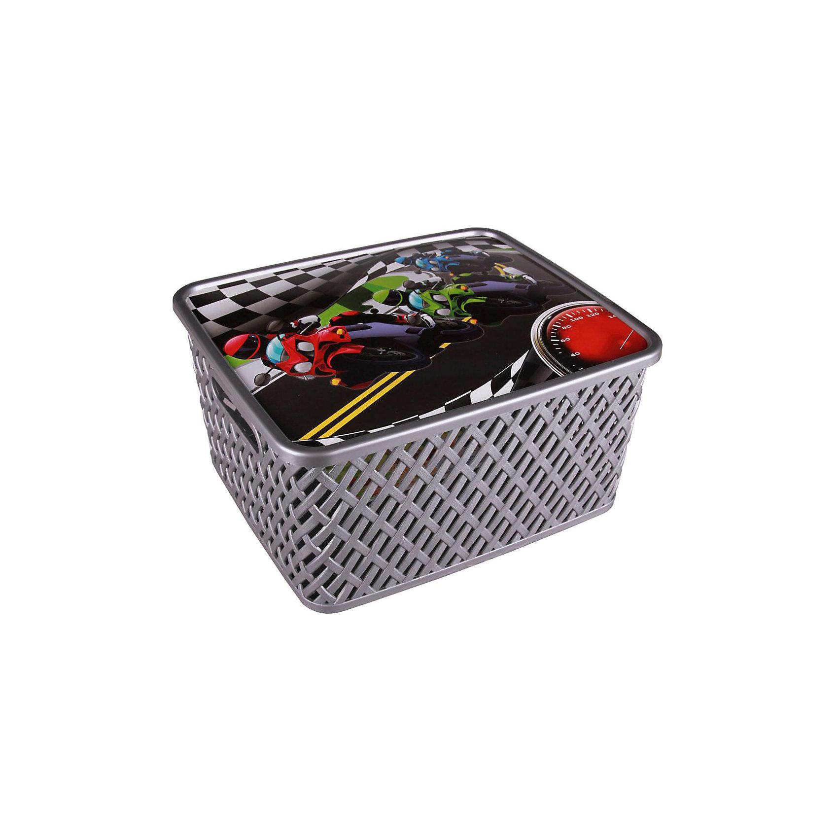Корзина универс. Лидер с крыш.,  Alternativa, мал.Универсальная плетеная корзина Лидер изготовлена из качественного пластика, закрывается крышкой с изображением гонок. В ней будет удобно хранить различные мелочи или игрушки.<br><br>Дополнительная информация:<br>Материал: пластик<br>Цвет: серебро<br>Размер: 35х29х17,5 см<br><br>Корзину Лидер вы можете приобрести в нашем интернет-магазине.<br><br>Ширина мм: 355<br>Глубина мм: 300<br>Высота мм: 175<br>Вес г: 626<br>Возраст от месяцев: 36<br>Возраст до месяцев: 144<br>Пол: Унисекс<br>Возраст: Детский<br>SKU: 4979739