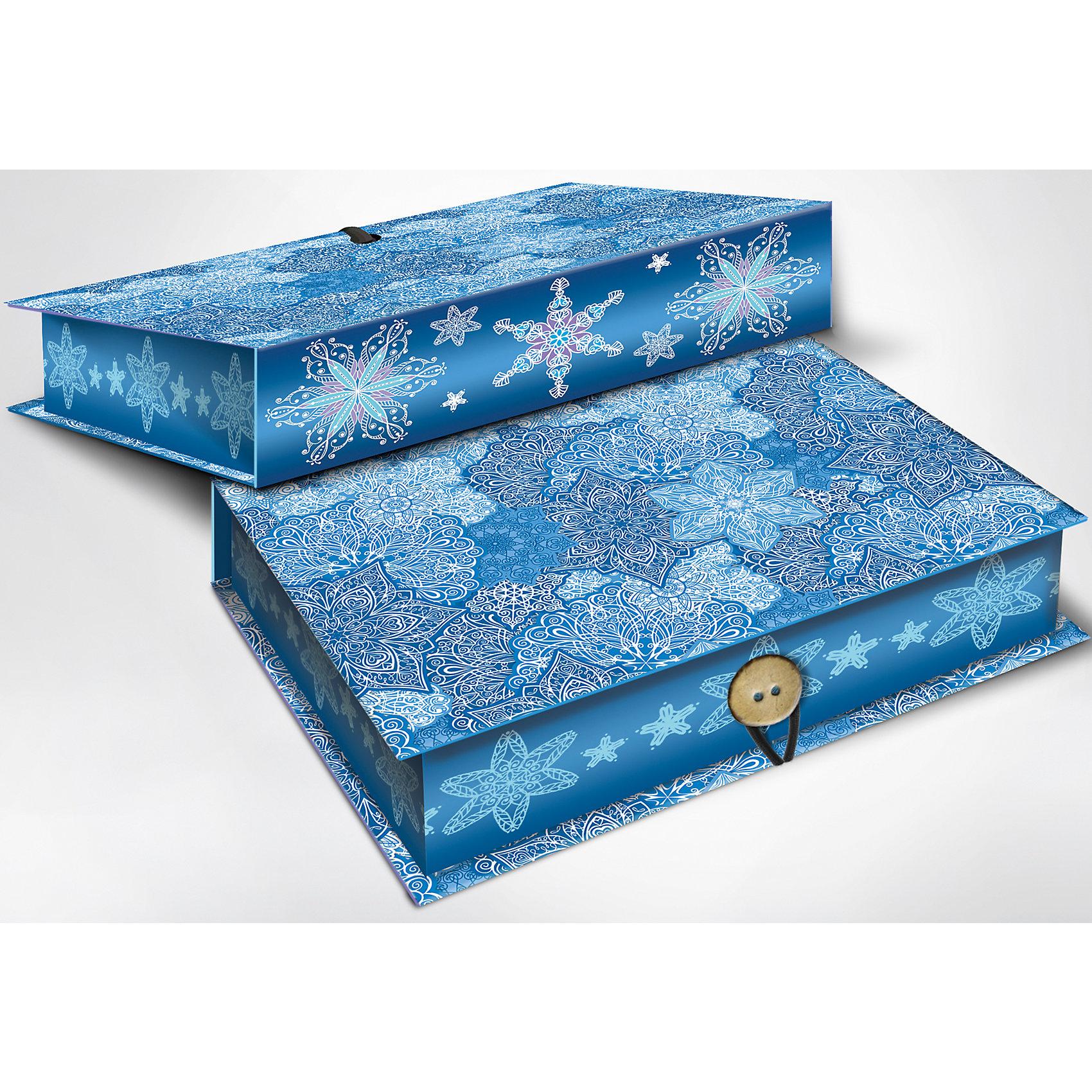Подарочная коробка Морозные узоры 20*14*6 смНовогодние коробки<br>Подарочная коробка Морозные узоры 20 * 14 * 6 см - впустите атмосферу зимы и праздников в ваш дом! С этой подарочной коробкой так весело наряжать подарки и радовать близких. Картонная коробка выглядит как книга и имеет яркую обложку с цветными рисунками ажурных морозных узоров со снежинками. На корешке изображены отдельные снежинки на праздничном синем фоне. Коробка закрывается на небольшой эластичный шнурок и пуговичку. Устройте сюрприз вашим близким!<br>Дополнительная информация:<br><br>- Размер: 20 * 14 * 6 см.<br>- Материал: картон плотностью 1100 г/м2<br>Подарочную коробку Морозные узоры 20 * 14 * 6 см можно купить в нашем интернет-магазине.<br>Подробнее:<br>• Для детей в возрасте: от 3 лет<br>• Номер товара: 4981490<br>Страна производитель: Китай<br><br>Ширина мм: 200<br>Глубина мм: 140<br>Высота мм: 60<br>Вес г: 330<br>Возраст от месяцев: 36<br>Возраст до месяцев: 2147483647<br>Пол: Унисекс<br>Возраст: Детский<br>SKU: 4981490