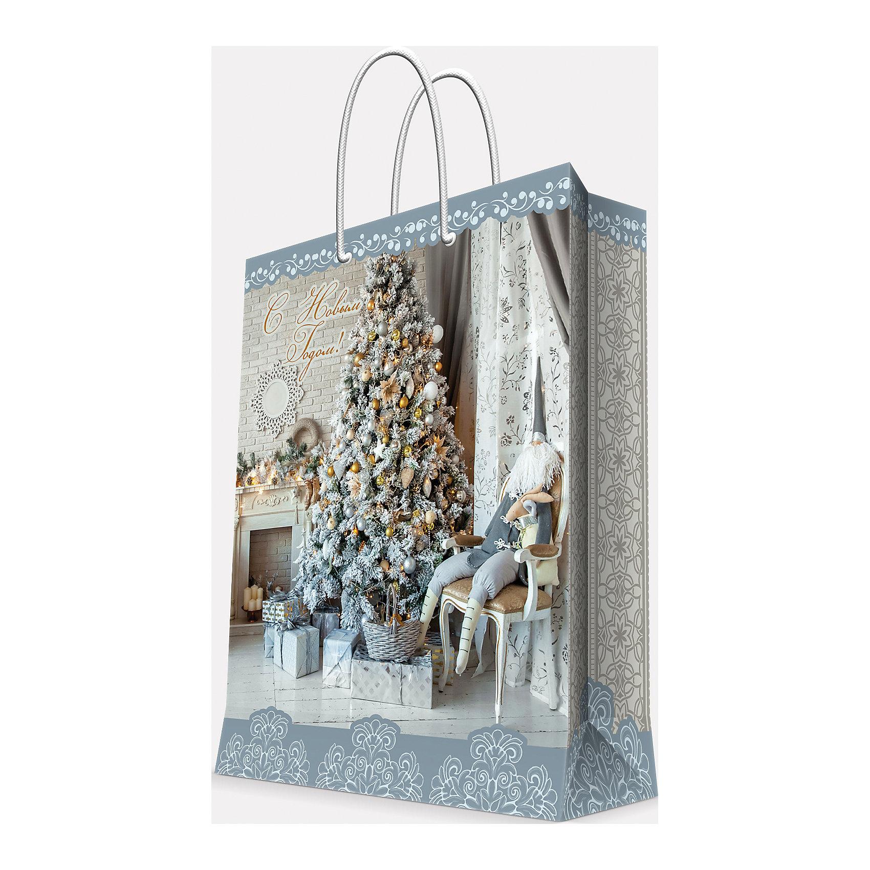 Подарочный пакет Елка у камина 17,8*22,9*9,8Предновогодние хлопоты многие любят даже больше самого праздника! Праздничное настроение создает украшенный дом, наряженная ёлка, запах мандаринов, предновогодняя суета и, конечно же, подарки! Чтобы сделать момент вручения приятнее, нужен красивый подарочный пакет.<br>Этот пакет украшен симпатичным универсальным рисунком, поэтому в него можно упаковать подарок и родственнику, и коллеге. Он сделан из безопасного для детей, прочного, но легкого, материала. Создайте с ним праздничное настроение себе и близким!<br><br>Дополнительная информация:<br><br>плотность бумаги: 140 г/м2;<br>размер: 18 х 23 х 10 см;<br>с ламинацией;<br>украшен рисунком.<br><br>Подарочный пакет Елка у камина 17,8*22,9*9,8 см можно купить в нашем магазине.<br><br>Ширина мм: 178<br>Глубина мм: 229<br>Высота мм: 98<br>Вес г: 39<br>Возраст от месяцев: 36<br>Возраст до месяцев: 2147483647<br>Пол: Унисекс<br>Возраст: Детский<br>SKU: 4981590
