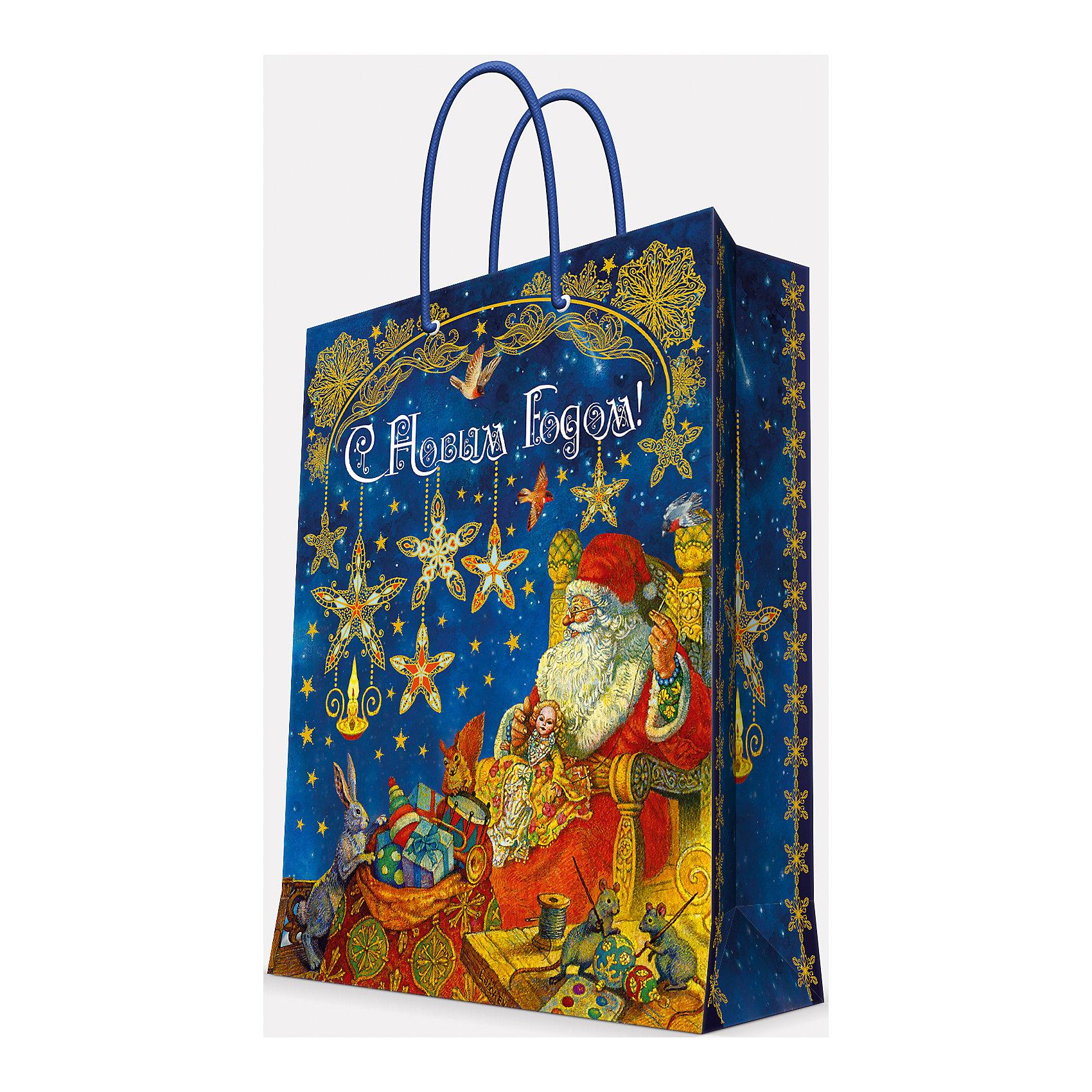 Подарочный пакет Мастерская Деда Мороза 26*32,4*12,7 смПриближение Нового года не может не радовать! Праздничное настроение создает украшенный дом, наряженная ёлка, запах мандаринов, предновогодняя суета и, конечно же, подарки! Чтобы сделать момент вручения приятнее, нужен красивый подарочный пакет.<br>Этот пакет украшен симпатичным универсальным рисунком, поэтому в него можно упаковать подарок и родственнику, и коллеге. Он сделан из безопасного для детей, прочного, но легкого, материала. Создайте с ним праздничное настроение себе и близким!<br><br>Дополнительная информация:<br><br>плотность бумаги: 140 г/м2;<br>размер: 26 х 32 х 13 см;<br>с ламинацией;<br>украшен рисунком.<br><br>Подарочный пакет Мастерская Деда Мороза 26*32,4*12,7 см можно купить в нашем магазине.<br><br>Ширина мм: 260<br>Глубина мм: 234<br>Высота мм: 127<br>Вес г: 71<br>Возраст от месяцев: 36<br>Возраст до месяцев: 2147483647<br>Пол: Унисекс<br>Возраст: Детский<br>SKU: 4981593