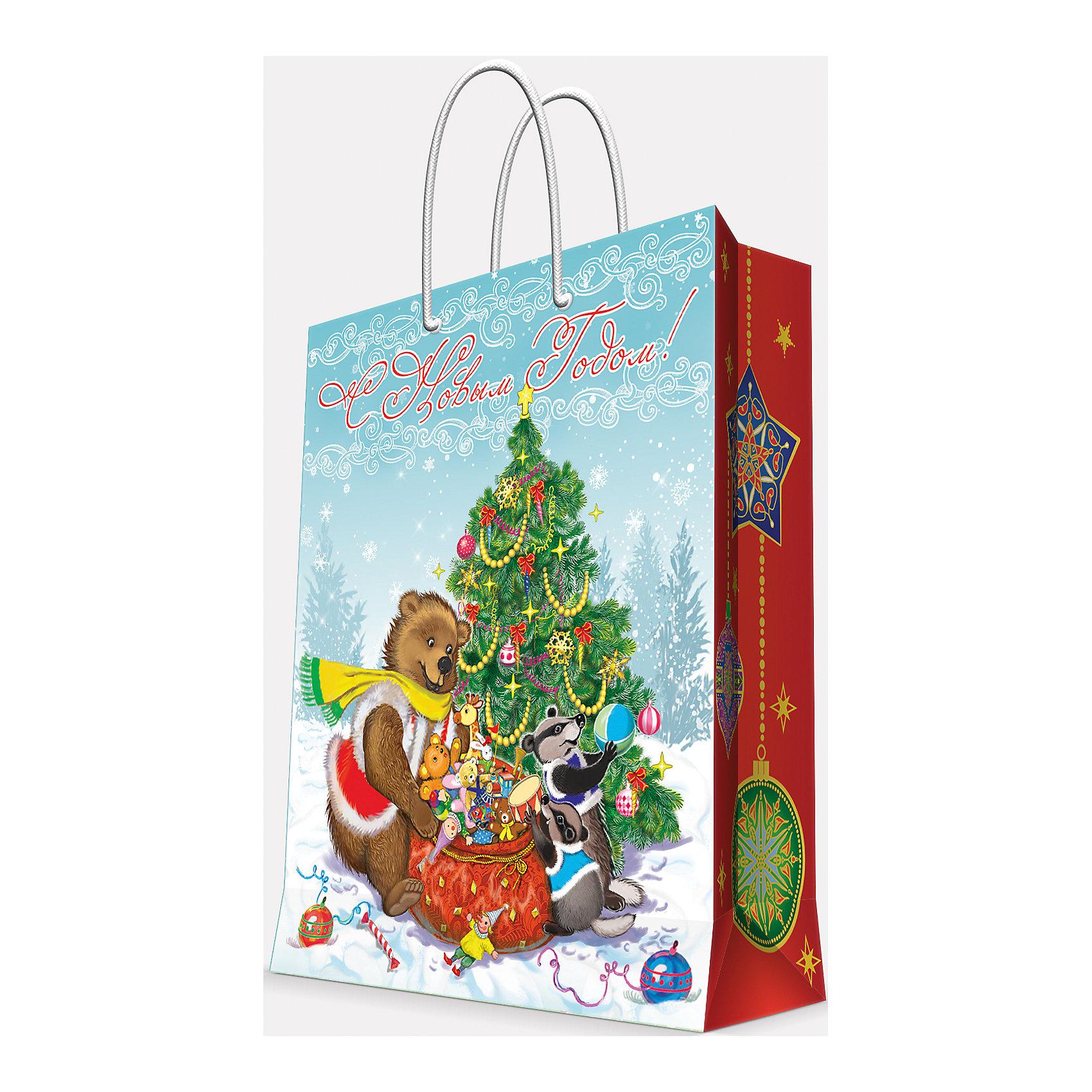Подарочный пакет Медвежонок и еноты  26*32,4*12,7 смПриближение Нового года не может не радовать! Праздничное настроение создает украшенный дом, наряженная ёлка, запах мандаринов, предновогодняя суета и, конечно же, подарки! Чтобы сделать момент вручения приятнее, нужен красивый подарочный пакет.<br>Этот пакет украшен симпатичным универсальным рисунком, поэтому в него можно упаковать подарок и родственнику, и коллеге. Он сделан из безопасного для детей, прочного, но легкого, материала. Создайте с ним праздничное настроение себе и близким!<br><br>Дополнительная информация:<br><br>плотность бумаги: 140 г/м2;<br>размер: 26 х 32 х 13 см;<br>с ламинацией;<br>украшен рисунком.<br><br>Подарочный пакет Медвежонок и еноты 26*32,4*12,7 см можно купить в нашем магазине.<br><br>Ширина мм: 260<br>Глубина мм: 234<br>Высота мм: 127<br>Вес г: 71<br>Возраст от месяцев: 36<br>Возраст до месяцев: 2147483647<br>Пол: Унисекс<br>Возраст: Детский<br>SKU: 4981595