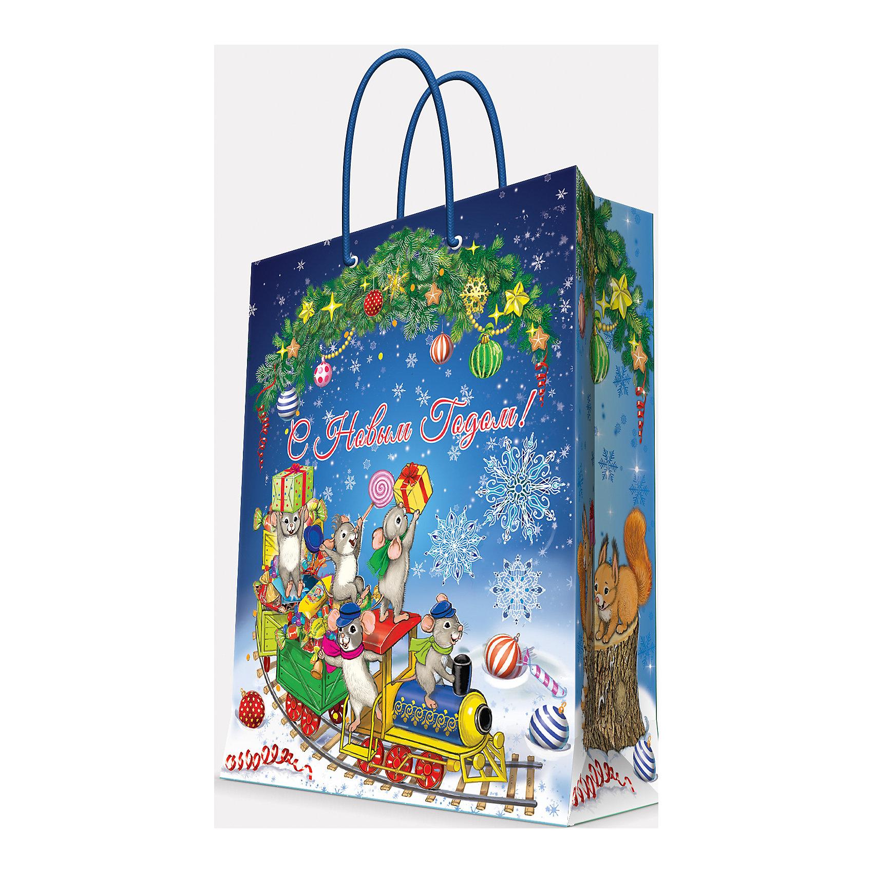 Подарочный пакет Новогодний паровозик и мышата 26*32,4*12,7Всё для праздника<br>Приближение Нового года не может не радовать! Праздничное настроение создает украшенный дом, наряженная ёлка, запах мандаринов, предновогодняя суета и, конечно же, подарки! Чтобы сделать момент вручения приятнее, нужен красивый подарочный пакет.<br>Этот пакет украшен симпатичным универсальным рисунком, поэтому в него можно упаковать подарок и родственнику, и коллеге. Он сделан из безопасного для детей, прочного, но легкого, материала. Создайте с ним праздничное настроение себе и близким!<br><br>Дополнительная информация:<br><br>плотность бумаги: 140 г/м2;<br>размер: 26 х 32 х 13 см;<br>с ламинацией;<br>украшен рисунком.<br><br>Подарочный пакет Новогодний паровозик и мышата 26*32,4*12,7 см можно купить в нашем магазине.<br><br>Ширина мм: 260<br>Глубина мм: 234<br>Высота мм: 127<br>Вес г: 71<br>Возраст от месяцев: 36<br>Возраст до месяцев: 2147483647<br>Пол: Унисекс<br>Возраст: Детский<br>SKU: 4981598