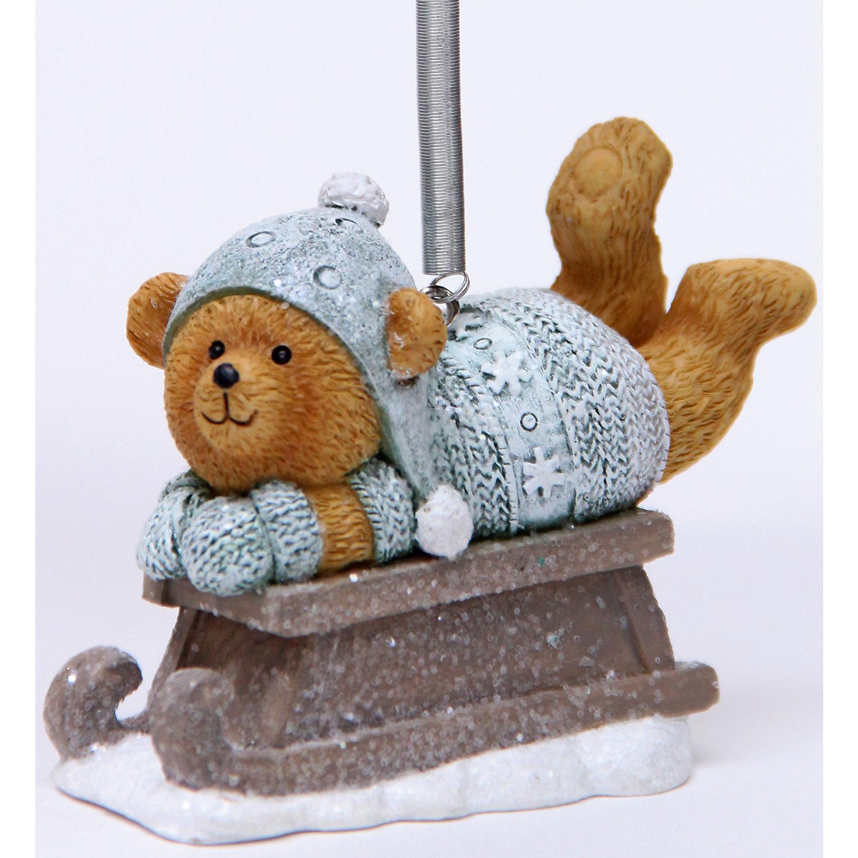Украшение Медвежонок на салазкахНовый год - самый любимый праздник у многих детей и взрослых. Праздничное настроение создает в первую очередь украшенный дом и, особенно, наряженная ёлка. Будь она из леса или искусственная - такая подвесная игрушка украсит любую!<br>Она сделана из безопасного для детей, прочного, но легкого, материала, поэтому не разобьется, упав на пол. Благодаря расцветке украшение отлично смотрится на ёлке. Создайте с ним праздничное настроение себе и близким!<br><br>Дополнительная информация:<br><br>цвет: разноцветный;<br>материал: полирезина;<br>размер: 6 х 4 х 8 см.<br><br>Украшение Медвежонок на салазках можно купить в нашем магазине.<br><br>Ширина мм: 150<br>Глубина мм: 150<br>Высота мм: 60<br>Вес г: 78<br>Возраст от месяцев: 36<br>Возраст до месяцев: 2147483647<br>Пол: Унисекс<br>Возраст: Детский<br>SKU: 4981699