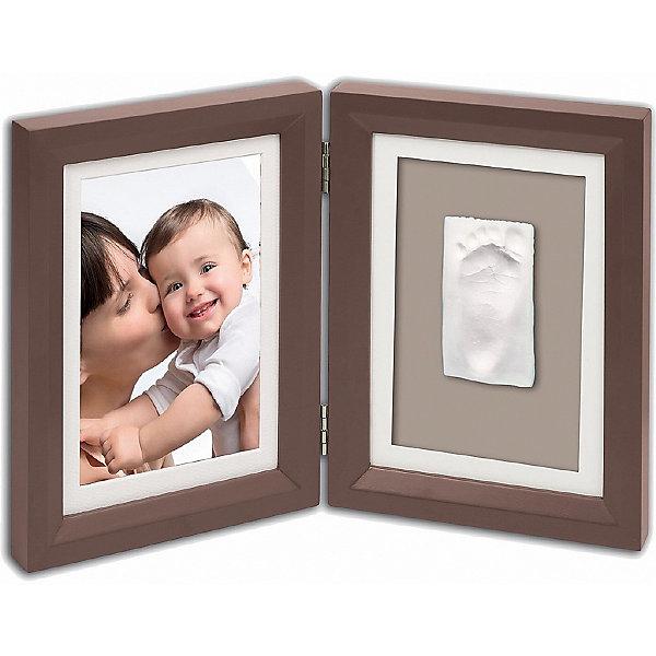 Фоторамка двойная, Baby Art, шоколадДетские предметы интерьера<br>Оставить в памяти крохотную ручку или ножку малыша можно не только на фотографии – сделав слепок, картинку с отпечатком ручки или ножки помещают в двойную фоторамку Baby Art (Бейби Арт). Материал предварительно разминается руками, раскатывается, затем к нему прикладывается ручка или ножка ребенка, слегка прижимается. Готовый отпечаток необходимо вырезать по форме рамки, высушить и поместить в рамку Baby Art. Дополнительно в рамке можно поместить и фотографию крохи – как раз в том возрасте, когда делался слепок. <br><br>Дополнительная информация:<br><br>Размер фотографии: 13х18 см<br>Размер одной створки: 21x16,5x1,7 см<br>Комплектация набора:<br>• двойная фоторамка – для фотографии и отпечатка ручки или ножки;<br>• гипсовый слепок;<br>• инструкция. <br>Фоторамку двойную, Baby Art, шоколад можно купить в нашем интернет-магазине.<br><br>Ширина мм: 220<br>Глубина мм: 70<br>Высота мм: 170<br>Вес г: 910<br>Возраст от месяцев: 0<br>Возраст до месяцев: 84<br>Пол: Унисекс<br>Возраст: Детский<br>SKU: 4986111