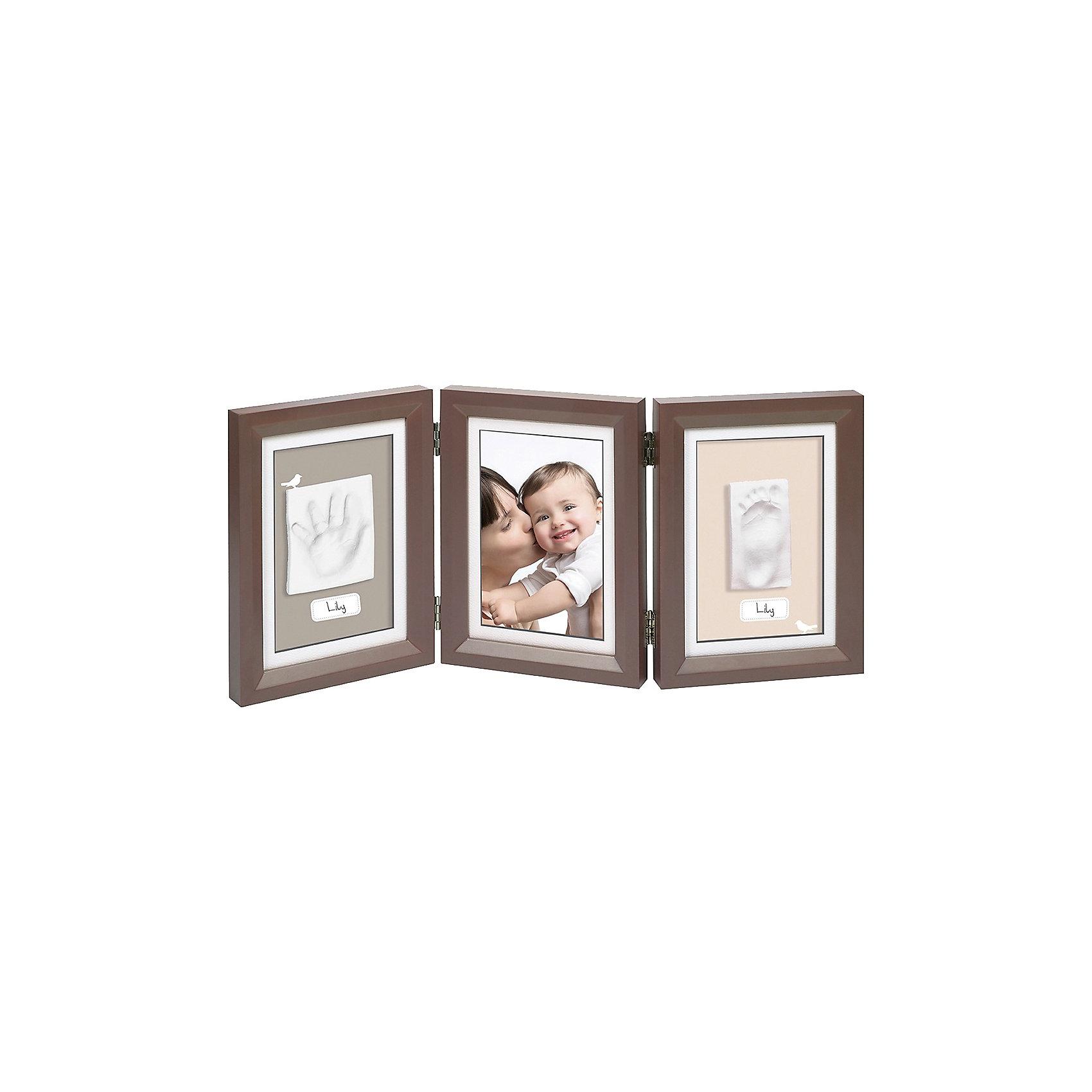 Фоторамка тройная, Baby Art, шоколадПредметы интерьера<br>Сохранить объемные отпечатки ручек и ножек вашего малыша поможет набор Baby Art (Бейби Арт) «Double Print Frame». Тройная фоторамка с окошками для фотографии, отпечатками ручки и ножки крохи позволяет вспомнить трогательные моменты жизни малыша, когда он был еще совсем маленьким. <br>Процесс создания слепка:<br>• материал надо размять руками и раскатать деревянной скалкой;<br>• оставить отпечаток ручки и ножки малыша;<br>• обрезать лишние края основы;<br>• дать гипсу высохнуть – 24 часа;<br>• приклеить слепки на рамку;<br>• вставить в рамку фотографию малыша.<br><br>Дополнительная информация:<br><br>Размер фотографии: 13х18 см<br>Размер одной створки: 21x16,5x1,7 см<br>Комплектация набора:<br>• тройная фоторамка – для фотографии и отпечатков ручки и ножки;<br>• гипсовый слепок;<br>• деревянная скалка;<br>• 2 кусочка двустороннего скотча;<br>• инструкция. <br>Фоторамку тройную, Baby Art, белую можно купить в нашем интернет-магазине.<br><br>Ширина мм: 220<br>Глубина мм: 95<br>Высота мм: 170<br>Вес г: 1180<br>Возраст от месяцев: 0<br>Возраст до месяцев: 84<br>Пол: Унисекс<br>Возраст: Детский<br>SKU: 4986113