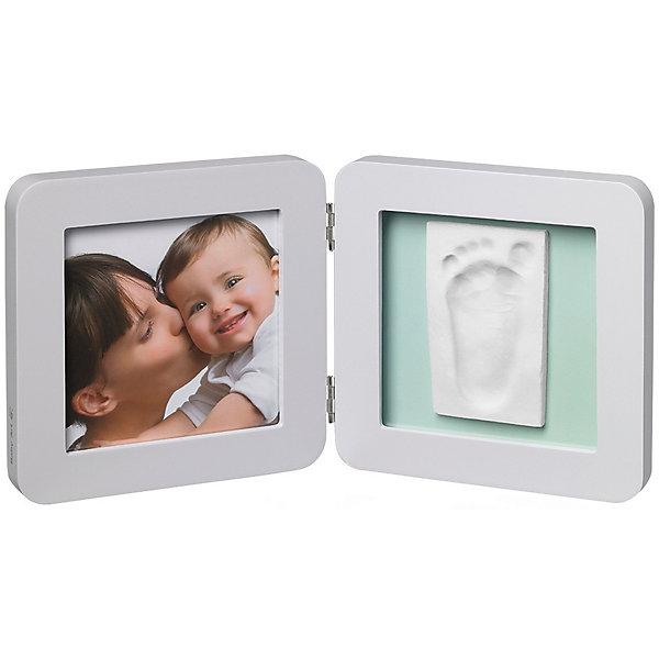 Фоторамка двойная, Baby Art, светло-серая, подложка голубая/бирюзовая/сераяДетские предметы интерьера<br>Сувенирная продукция Baby Art (Бейби Арт) – это возможность оставить «след» малыша в истории вашей семьи. Отпечаток ручки или ножки помещается в рамку, рядом ставится фотография малыша – фоторамка «Print Frame» готова. <br>Процесс создания слепка:<br>• материал надо размять руками и раскатать скалкой;<br>• оставить отпечаток ручки и ножки малыша;<br>• выровнять края основы ножом (лучше под линейку);<br>• дать гипсу высохнуть;<br>• используя двустороннюю клейкую ленту, приклеить слепок к рамке;<br>• вставить в рамку фотографию малыша.<br><br>Дополнительная информация:<br><br>Размер одной створки: 17х17х1,7 см<br>Комплектация набора:<br>• двойная фоторамка – для фотографии и отпечатков ручки или ножки;<br>• гипсовый слепок;<br>• скалка;<br>• двусторонняя липкая лента;<br>• инструкция. <br>ВНИМАНИЕ! Данный артикул имеется в наличии в разных цветовых исполнениях (голубая/бирюзовая/серая подложка). К сожалению, заранее выбрать определенный цвет невозможно. <br>Фоторамку двойную, Baby Art, светло-серую, подложка голубая/бирюзовая/серая можно купить в нашем интернет-магазине.<br><br>Ширина мм: 180<br>Глубина мм: 60<br>Высота мм: 185<br>Вес г: 750<br>Возраст от месяцев: 0<br>Возраст до месяцев: 84<br>Пол: Унисекс<br>Возраст: Детский<br>SKU: 4986116