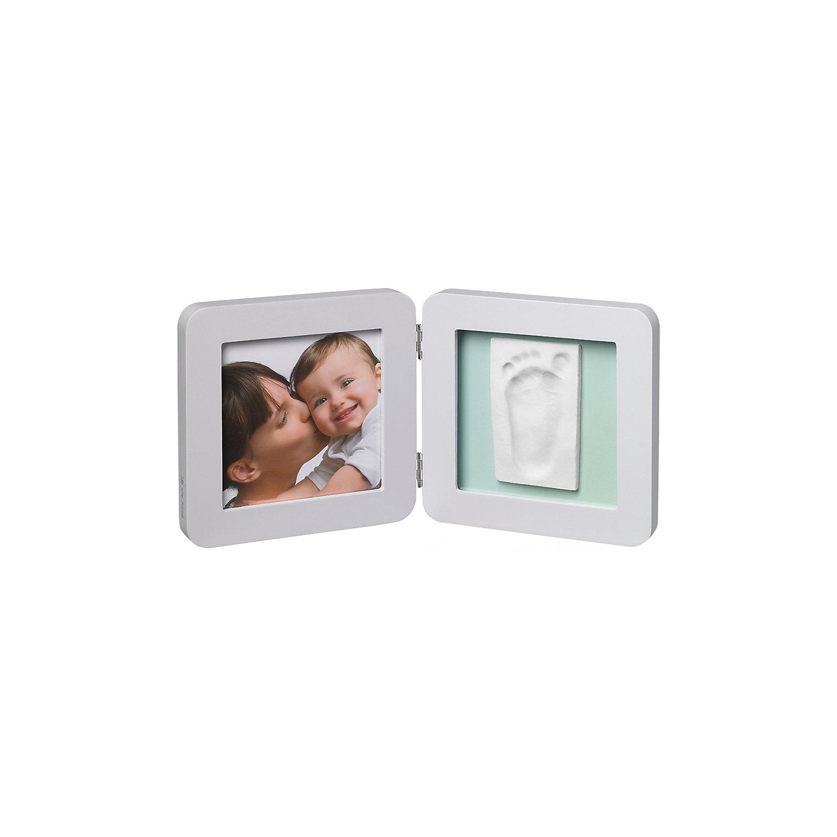 Фоторамка двойная, Baby Art, светло-серая, подложка голубая/бирюзовая/сераяПредметы интерьера<br>Сувенирная продукция Baby Art (Бейби Арт) – это возможность оставить «след» малыша в истории вашей семьи. Отпечаток ручки или ножки помещается в рамку, рядом ставится фотография малыша – фоторамка «Print Frame» готова. <br>Процесс создания слепка:<br>• материал надо размять руками и раскатать скалкой;<br>• оставить отпечаток ручки и ножки малыша;<br>• выровнять края основы ножом (лучше под линейку);<br>• дать гипсу высохнуть;<br>• используя двустороннюю клейкую ленту, приклеить слепок к рамке;<br>• вставить в рамку фотографию малыша.<br><br>Дополнительная информация:<br><br>Размер одной створки: 17х17х1,7 см<br>Комплектация набора:<br>• двойная фоторамка – для фотографии и отпечатков ручки или ножки;<br>• гипсовый слепок;<br>• скалка;<br>• двусторонняя липкая лента;<br>• инструкция. <br>ВНИМАНИЕ! Данный артикул имеется в наличии в разных цветовых исполнениях (голубая/бирюзовая/серая подложка). К сожалению, заранее выбрать определенный цвет невозможно. <br>Фоторамку двойную, Baby Art, светло-серую, подложка голубая/бирюзовая/серая можно купить в нашем интернет-магазине.<br><br>Ширина мм: 180<br>Глубина мм: 60<br>Высота мм: 185<br>Вес г: 750<br>Возраст от месяцев: 0<br>Возраст до месяцев: 84<br>Пол: Унисекс<br>Возраст: Детский<br>SKU: 4986116