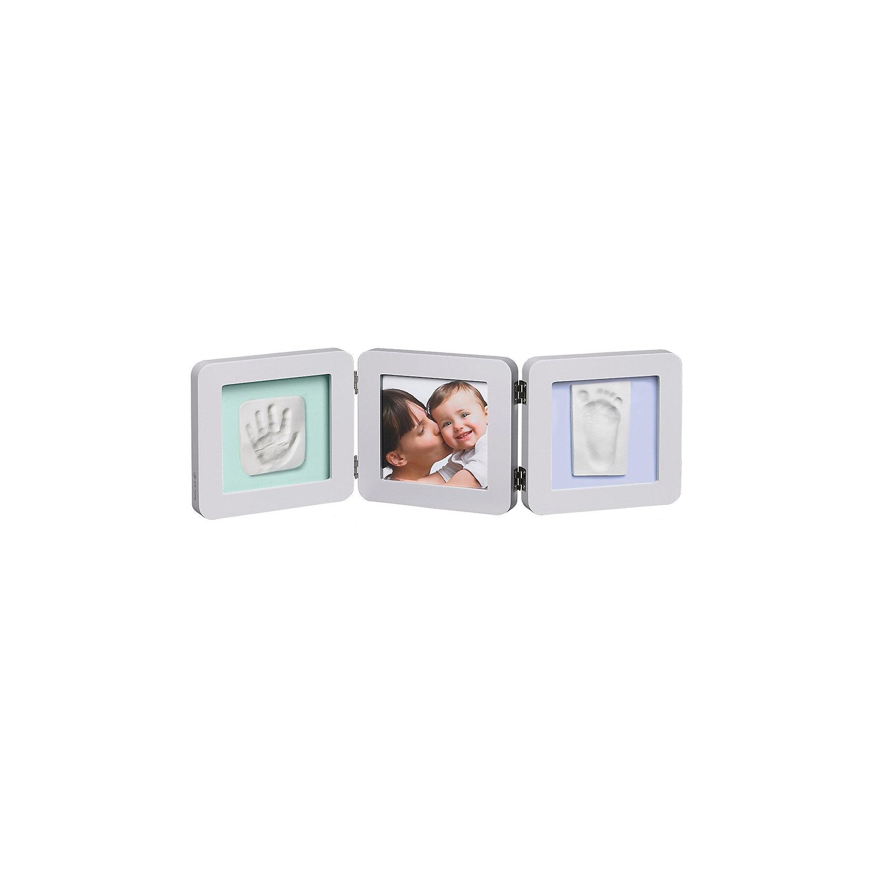 Фоторамка тройная, Baby Art, светло-серая, подложка голубая/бирюзовая/сераяПредметы интерьера<br>Сувенирная продукция Baby Art (Бейби Арт) – это возможность оставить «след» малыша в истории вашей семьи. Отпечатки ручки и ножки помещаются в рамку, между ними ставится фотография малыша – фоторамка «Print Frame» готова. <br>Процесс создания слепка:<br>• материал надо размять руками и раскатать скалкой;<br>• оставить отпечаток ручки и ножки малыша;<br>• выровнять края основы ножом (лучше под линейку);<br>• дать гипсу высохнуть;<br>• используя двустороннюю клейкую ленту, приклеить слепоки к рамке;<br>• вставить в рамку фотографию малыша.<br><br>Дополнительная информация:<br><br>Размер одной створки: 17х17х1,7 см<br>Комплектация набора:<br>• тройная фоторамка – для фотографии и отпечатков ручки и ножки;<br>• гипсовый слепок;<br>• скалка;<br>• двусторонняя липкая лента;<br>• инструкция. <br>ВНИМАНИЕ! Данный артикул имеется в наличии в разных цветовых исполнениях (голубая/бирюзовая/серая подложка). К сожалению, заранее выбрать определенный цвет невозможно. <br>Фоторамку тройную, Baby Art, светло-серую, подложка голубая/бирюзовая/серая можно купить в нашем интернет-магазине.<br><br>Ширина мм: 180<br>Глубина мм: 95<br>Высота мм: 180<br>Вес г: 1170<br>Возраст от месяцев: 0<br>Возраст до месяцев: 84<br>Пол: Унисекс<br>Возраст: Детский<br>SKU: 4986117