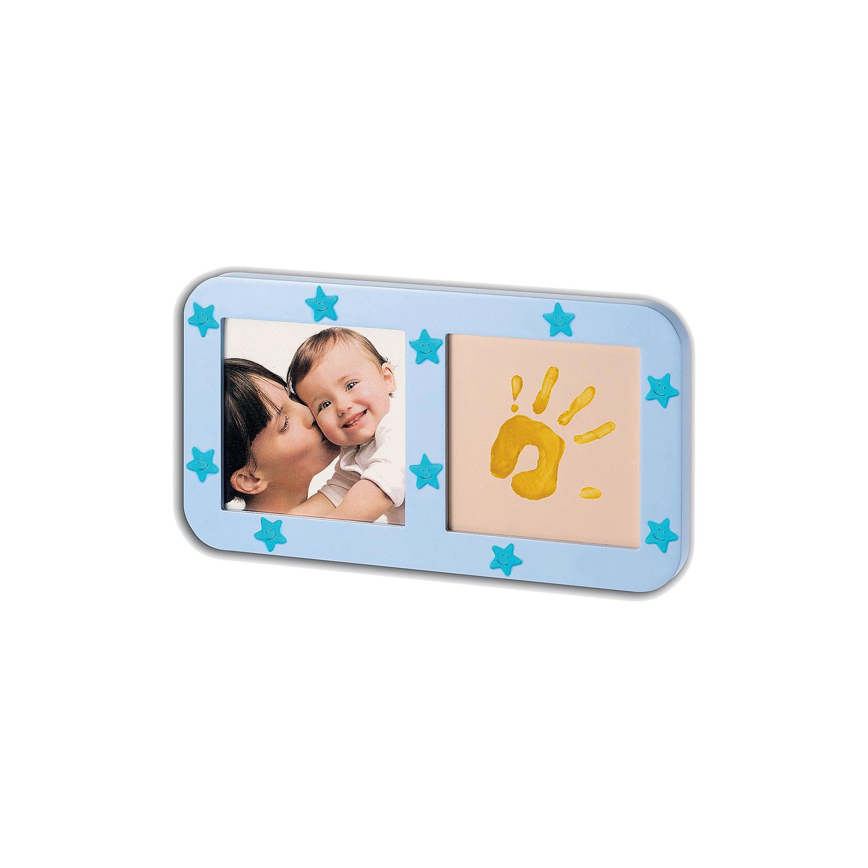 Звездная фоторамка с отпечатком, Baby ArtФоторамка с отпечатком «Phospho print frame» не только сохранит отпечаток маленькой ручки или ножки, но и создаст гармонию в спальне, излучая мерцающий блеск. Звездная фоторамка Baby Art (Бейби Арт) светится в темноте. Наклейки-звездочки украшают фоторамку.<br><br><br>Процесс создания отпечатка:<br>• из тюбика жидкая основа наносится на ладошку малыша, на каждый пальчик;<br>• специальным роллером основа распределяется по всей поверхности ладошки или стопы ребенка;<br>• ставится отпечаток на специальной подложке;<br>• готовый отпечаток оставляют на свежем воздухе для сушки;<br>• фоторамку украшают мерцающими наклейками в форме звездочек;<br>• в рамку вставляется фотография малыша.<br>Комплектация набора:<br>• фоторамка с подложкой и окошком для фотографии;<br>• жидкая основа в тюбике;<br>• роллер;<br>• наклейки-звездочки;<br>• инструкция. <br>Звездную фоторамку с отпечатком, Baby Art можно купить в нашем интернет-магазине.<br><br>Ширина мм: 325<br>Глубина мм: 30<br>Высота мм: 180<br>Вес г: 640<br>Возраст от месяцев: 0<br>Возраст до месяцев: 84<br>Пол: Унисекс<br>Возраст: Детский<br>SKU: 4986119