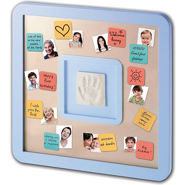 Доска для пожеланий с отпечатком, Baby ArtДетские предметы интерьера<br>Создать поздравительную композицию с отпечатком ручки малыша, фотографиями родных и пожеланиями для крохи поможет специальная доска для пожеланий Baby Art (Бейби Арт). Отпечаток крохи помещается в рамку, вокруг приклеиваются цветные карточки с пожеланиями, а миниатюрные фото напомнят, кто из близких оставил пожелание крохе. Карточки держатся на доске благодаря двусторонней клейкой ленте. <br><br><br>Процесс создания слепка:<br>• материал надо размять руками и раскатать скалкой;<br>• оставить отпечаток ручки малыша;<br>• выровнять края основы ножом (лучше под линейку);<br>• дать гипсу высохнуть;<br>• используя двустороннюю клейкую ленту, приклеить слепок в окошко в центре доски;<br>• декорировать доску карточками с пожеланиями от родных и близких.<br><br>Комплектация набора «Messages print frame»:<br>• доска для пожеланий;<br>• гипсовый слепок;<br>• скалка;<br>• двусторонняя липкая лента;<br>• цветные карточки с клеящейся основой;<br>• инструкция. <br>Доску для пожеланий с отпечатком, Baby Art можно купить в нашем интернет-магазине.<br><br>Ширина мм: 370<br>Глубина мм: 45<br>Высота мм: 370<br>Вес г: 1740<br>Возраст от месяцев: 0<br>Возраст до месяцев: 84<br>Пол: Унисекс<br>Возраст: Детский<br>SKU: 4986120