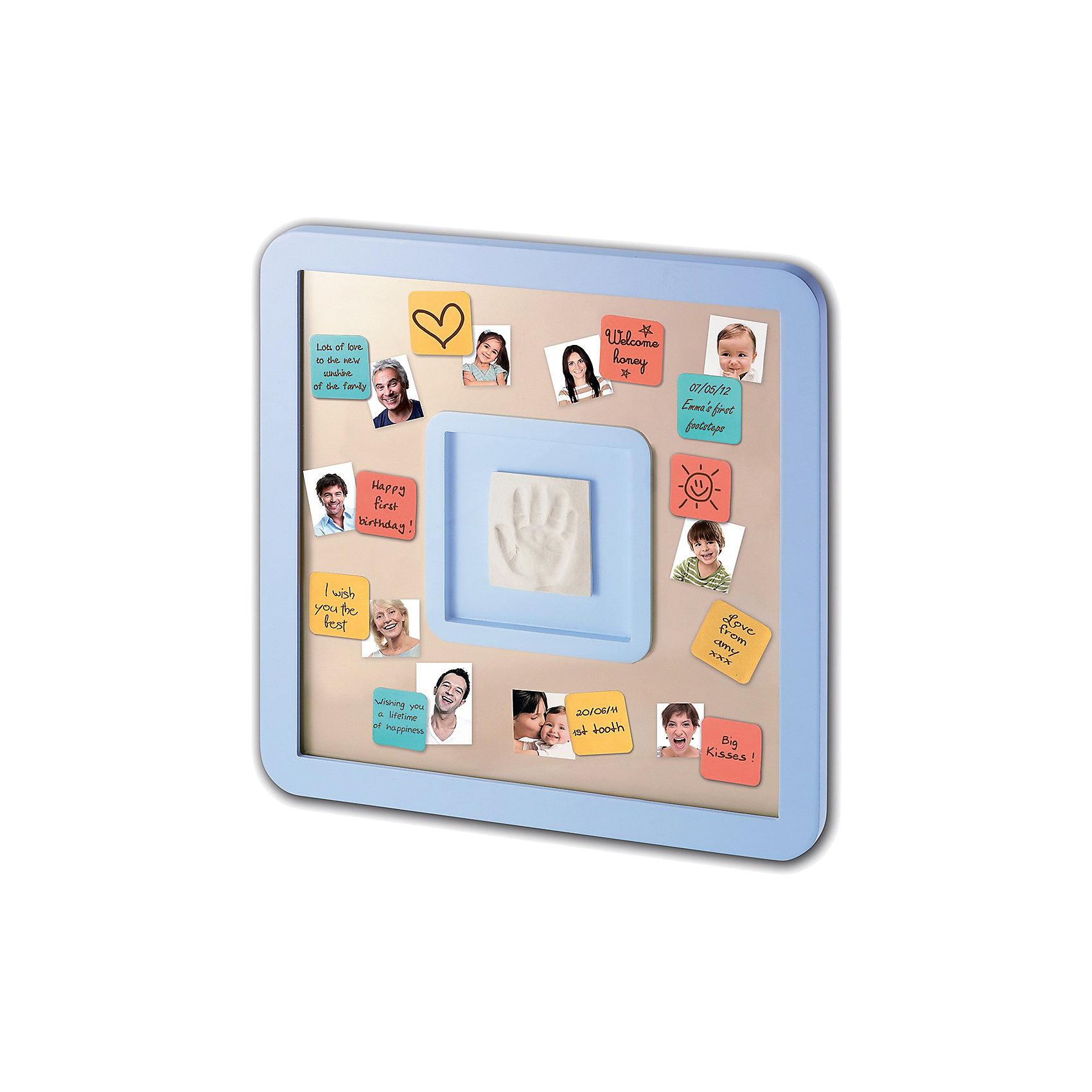 Доска для пожеланий с отпечатком, Baby ArtПредметы интерьера<br>Создать поздравительную композицию с отпечатком ручки малыша, фотографиями родных и пожеланиями для крохи поможет специальная доска для пожеланий Baby Art (Бейби Арт). Отпечаток крохи помещается в рамку, вокруг приклеиваются цветные карточки с пожеланиями, а миниатюрные фото напомнят, кто из близких оставил пожелание крохе. Карточки держатся на доске благодаря двусторонней клейкой ленте. <br><br><br>Процесс создания слепка:<br>• материал надо размять руками и раскатать скалкой;<br>• оставить отпечаток ручки малыша;<br>• выровнять края основы ножом (лучше под линейку);<br>• дать гипсу высохнуть;<br>• используя двустороннюю клейкую ленту, приклеить слепок в окошко в центре доски;<br>• декорировать доску карточками с пожеланиями от родных и близких.<br><br>Комплектация набора «Messages print frame»:<br>• доска для пожеланий;<br>• гипсовый слепок;<br>• скалка;<br>• двусторонняя липкая лента;<br>• цветные карточки с клеящейся основой;<br>• инструкция. <br>Доску для пожеланий с отпечатком, Baby Art можно купить в нашем интернет-магазине.<br><br>Ширина мм: 370<br>Глубина мм: 45<br>Высота мм: 370<br>Вес г: 1740<br>Возраст от месяцев: 0<br>Возраст до месяцев: 84<br>Пол: Унисекс<br>Возраст: Детский<br>SKU: 4986120
