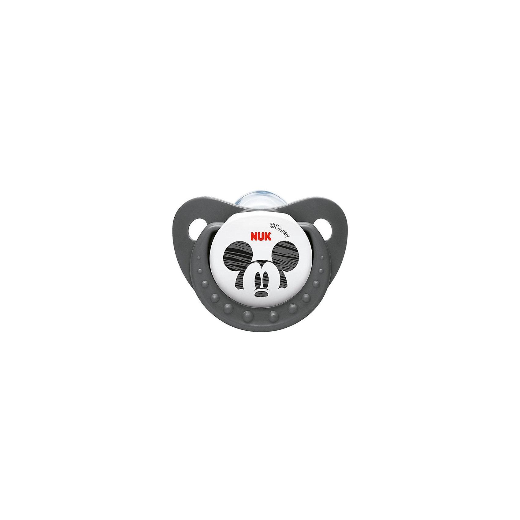 Пустышка силиконовая успокаивающая Disney Микки Маус, 0-6 мес., NUK, черный/белыйПустышки из силикона<br>Пустышка силиконовая усп. ДИСНЕЙ МИККИ  р-р 1 от известного производителя высококачественных товаров для новорожденных NUK (Нук). Эта успокаивающая пустышка с интересным дизайном и знаменитым Микки Маусом придет по вкусу как малышу, так и маме. Пустышка выполнена из силикона, полностью прозрачна и не имеет собственного вкуса или запаха. Форма соски протестирована и одобрена ортодонтами и подстраивается под ротик малыша, оставляя место для движения языка и не деформируя формирование прикуса малыша. Специально разработанная схема строения соски не пропускает воздух во время сосания, предотвращая появление коликов. Превосходное качество и безопасность для вашего малыша.<br><br>Дополнительная информация:<br>- Материал: силикон, пластик<br>- Размер соски: 1<br>- Система NUK AIR <br><br>Пустышку силиконовую усп. ДИСНЕЙ МИККИ  р-р 1, NUK (Нук) можно купить в нашем интернет-магазине.<br>Подробнее:<br>• Для детей в возрасте: от 0 до 6 месяцев<br>• Номер товара: 4998438<br>Страна производитель: Германия<br><br>Ширина мм: 9<br>Глубина мм: 9<br>Высота мм: 173<br>Вес г: 26<br>Возраст от месяцев: 0<br>Возраст до месяцев: 6<br>Пол: Унисекс<br>Возраст: Детский<br>SKU: 4998438