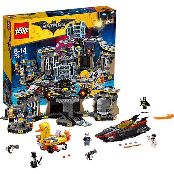 LEGO Batman Movie 70909: Нападение на БэтпещеруПластмассовые конструкторы<br>LEGO Batman Movie 70909: Нападение на Бэтпещеру<br><br>Характеристики:<br><br>- в набор входит: детали бэтпещеры, бэтлодки, уткомобиля; 9 минифигурок; аксессуары; инструкция по сборке<br>- минифигурки набора: Бэтмен и 3 костюма, Брюс Вейн, Альфред, злодей Пингвина и два приспешника<br>- состав: пластик<br>- количество деталей: 1047 <br>- размер бэтпещеры: 40 * 20 * 21 см.<br>- размер бэтлодки: 20 * 6 * 12 см.<br>- размер уткомобиля: 12 * 9 * 10 см.<br>- примерное время сборки: 3 часа<br>- для детей в возрасте: от 8 до 14 лет<br>- Страна производитель: Дания/Китай/Чехия<br><br>Легендарный конструктор LEGO (ЛЕГО) представляет серию «Batman Movie» (Бэтмен Муви) по сюжету одноименного лего мультфильма. Серия понравится любителям комиксов DC и историй о Бэтмене. <br><br>Фигурки набора выглядят ярко, очень качественно проработаны, в их разработке были использованы уникальные детали не встречающиеся в других наборах. В набор также входят Брюс Вейн и четыре костюма Бэтмена. Только один костюм имеет лицо, остальные три подразумевают перемещение лица в ходе игры. Уткомобиль передвигается по суше и воде, имеет 4 типа оружия, может открывать огонь двух видов с помощью 4х механизмов. Лодка Бэтмена имеет стильную обтекаемую форму, удобную кабину с приборами и оснащена четырьмя ракетами сзади и двумя другими спереди, все вооружение оснащено механизмами для стрельбы. <br><br>Сама Бэтпещера подразделена на 5 блоков, по периметру оснащена деталями «освещения», бежевыми рельефными деталями скал и небольшой дорожкой из блоков, чтобы можно было расставлять фигурки героев. Центр пещеры - вращающийся пульт управления с креслом, множеством кнопочек и показателей, разворачивающимся тайником для оружия и специальным поднимающимся мостиком для Бэтмена. Большой бортовой компьютер содержит целых 9 панелей с разной информацией. <br><br>Бэттюрьма оснащена двухдверной камерой и механизмом для взлома, позволяющему преступн