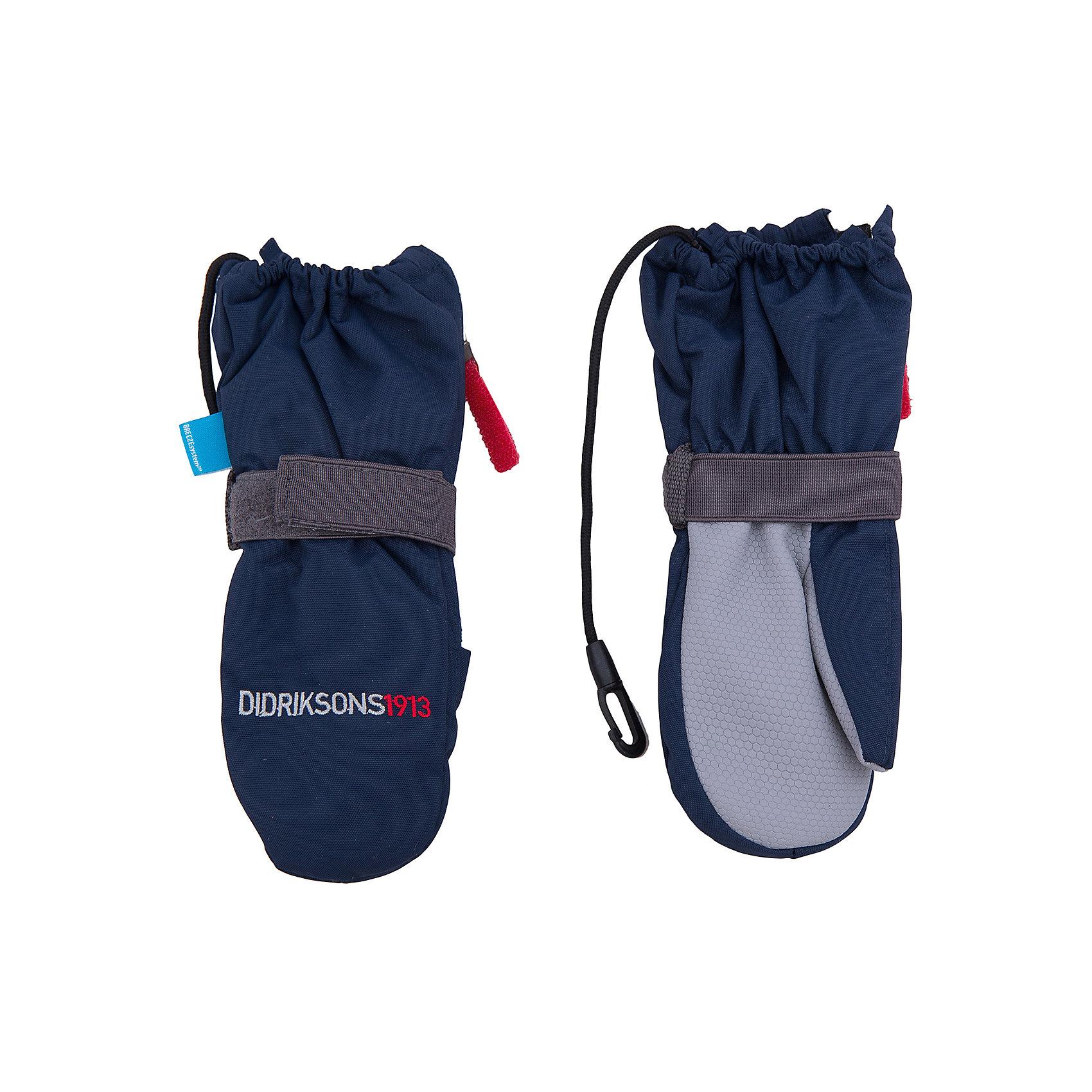 Варежки Biggles Zip DIDRIKSONSХарактеристики товара:<br><br>• цвет: синий<br>• материал: 100% полиамид, подкладка 100% полиэстер<br>• утеплитель: 60 г/м<br>• сезон: зима<br>• температурный режим от +5°до -20°С<br>• непромокаемая и непродуваемая мембранная ткань<br>• подкладка из флиса<br>• регуляторы объема<br>• шнур для пристегивания<br>• боковая молния<br>• внутренняя сторона отделана прорезиненной тканью против скольжения<br>• светоотражающие детали<br>• страна бренда: Швеция<br>• страна производства: Китай<br><br>Такие теплые варежки обязательно нужны ребенку, который собирается наслаждаться зимним отдыхом! Это не только стильно, но еще и очень комфортно, а также тепло. Эти качественные варежки обеспечат ребенку удобство при прогулках и активном отдыхе зимой. Такая модель от шведского производителя отлично смотрится с разной верхней одеждой.<br>Варежки сшиты из мембранной ткани, которая позволяет телу дышать, но при этом не промокает и не продувается. Очень стильная и удобная модель! Изделие качественно выполнено, сделано из безопасных для детей материалов. <br><br>Варежки от бренда DIDRIKSONS можно купить в нашем интернет-магазине.<br><br>Ширина мм: 162<br>Глубина мм: 171<br>Высота мм: 55<br>Вес г: 119<br>Цвет: синий<br>Возраст от месяцев: 8<br>Возраст до месяцев: 24<br>Пол: Мужской<br>Возраст: Детский<br>Размер: 0/1,0/1,1/2<br>SKU: 5003832