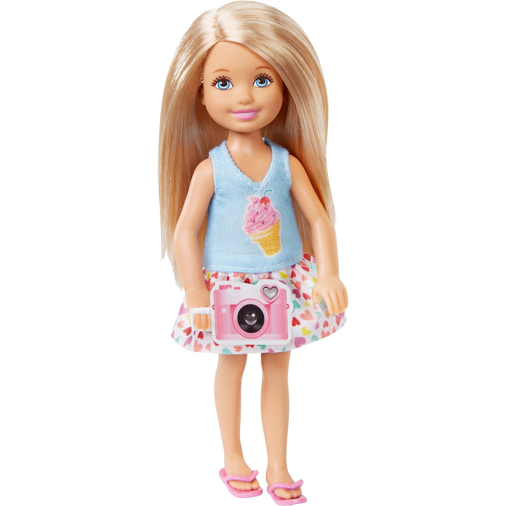 Кукла Челси с аксессуарами, BarbieКуклы Челси – невероятно модный тренд в мире игрушек для девочек. О куклах мечтают, их коллекционируют и превращают в культ. Мультфильм  «Barbie и сестры: охота за щенками» - один из любимых картин девочек. Порадовать ребенка куклой – героиней из этого фильма будет прекрасным решением.  Каждая кукла – уникальный образ и умопомрачительный наряд. Собрав все куклы коллекции, девочка будет невероятно счастлива! Отдельно можно приобрести дополнительные наряды. Материалы, использованные при изготовлении игрушек, полностью безопасны для детей и отвечают всем требованиям по качеству.<br><br>Дополнительная информация: <br><br>цвет: в ассортименте;<br>материал: пластик, текстиль.<br><br>Куклы Челси с аксессуарами, Barbie от компании Mattel можно приобрести в нашем магазине.<br><br>Ширина мм: 40<br>Глубина мм: 90<br>Высота мм: 160<br>Вес г: 73<br>Возраст от месяцев: 36<br>Возраст до месяцев: 120<br>Пол: Женский<br>Возраст: Детский<br>SKU: 5004447
