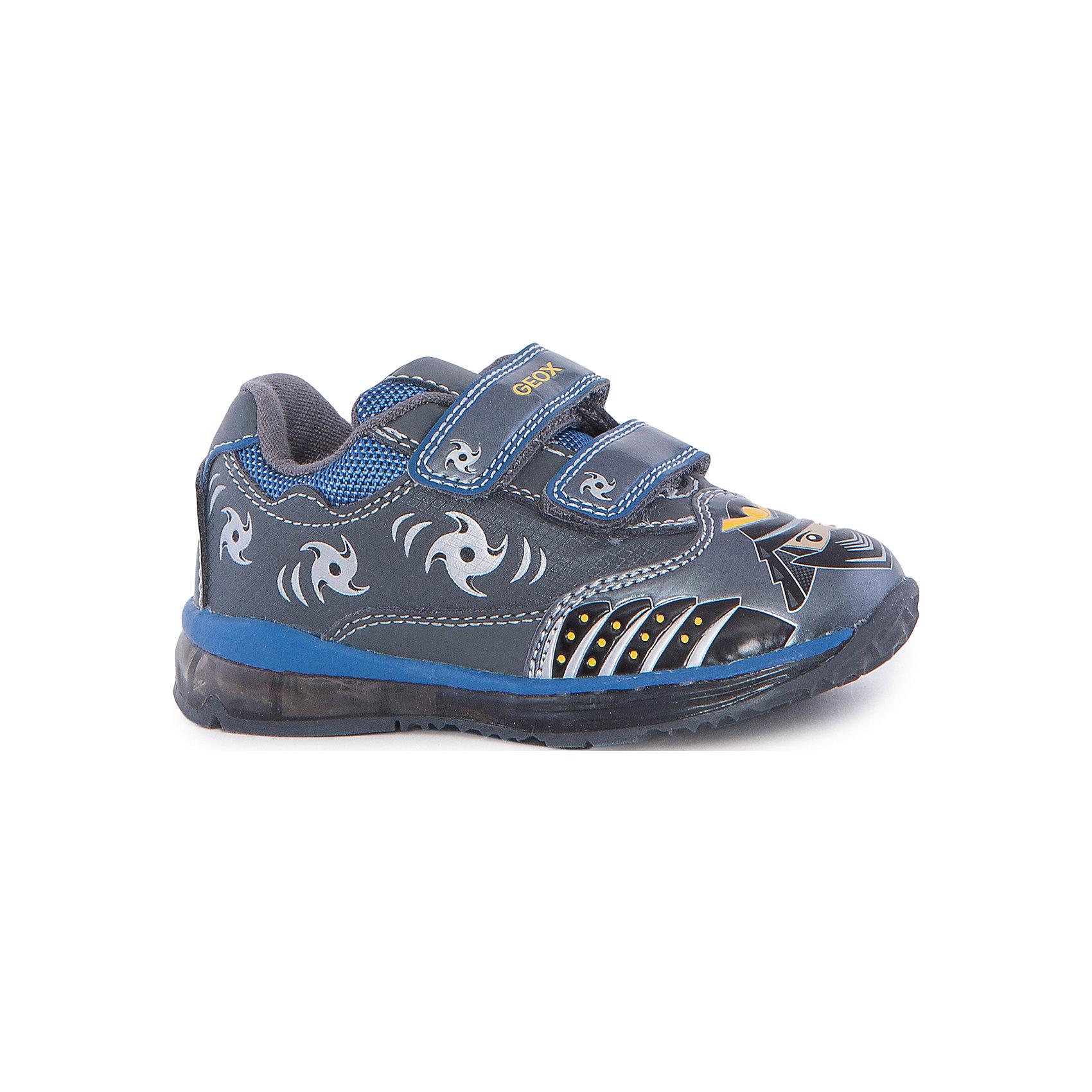 Кроссовки для мальчика GEOXКроссовки<br>Кроссовки для мальчика от знаменитого итальянского бренда взрослой и детской одежды и обуви GEOX (Геокс). Прогулки станут еще веселее! Кроссовки представлены в сером цвете в совмещении с серебристыми, синими и желтыми деталями, на них имеются нашитые озорные ниндзи и рисунки сюрикэнов. Идеальные для игр, кроссовки имеют веселую диодную подсветку в подошве, и когда ребенок наступает на нее, загораются огоньки синего и желтого цвета. Разработанная технология подошвы кроссовок не позволяет им скользить, амортизирует шаги, не пропускает воду и позволяет стопе дышать. Мягкая подошва отлично гнется, обеспечивая безопасность шагов малыша, поддерживая стопу, позволяя стоять более уверенно и оставляя свободу движения. Эргономичная антибактериальная стелька и высокий задник хорошо фиксируют голеностоп и удобны в носке. Внутренний материал позволяют легко надевать и снимать кроссовки, застегивая на две практичные липучки. Кроссовки сохраняют тепло маленьких ножек и оставляют их сухими, позволяя им дышать. <br>Дополнительная информация:<br>- Состав:<br>верх:  93% синтетика, 7% текстиль<br>подкладка: текстиль<br>стелька: натуральная кожа <br>подошва: резина<br>Кроссовки для мальчика GEOX (Геокс) можно купить в нашем магазине.<br>Подробнее:<br>• Для детей в возрасте: от 12 месяцев до 4 лет<br>• Номер товара: 5007826<br>Страна производитель: Китай<br><br>Ширина мм: 250<br>Глубина мм: 150<br>Высота мм: 150<br>Вес г: 250<br>Цвет: серый/синий<br>Возраст от месяцев: 21<br>Возраст до месяцев: 24<br>Пол: Мужской<br>Возраст: Детский<br>Размер: 27,23,25,26,24<br>SKU: 5007826