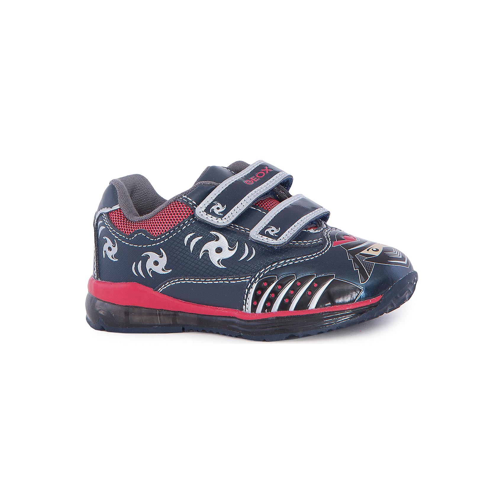 Кроссовки для мальчика GEOXКроссовки для мальчика от знаменитого итальянского бренда взрослой и детской одежды и обуви GEOX (Геокс). Прогулки станут еще веселее! Кроссовки представлены в темно-синем цвете в совмещении с красными деталями, на них имеются нашитые озорные ниндзи и рисунки сюрикэнов. Идеальные для игр, кроссовки имеют веселую диодную подсветку в подошве, и когда ребенок наступает на нее, загораются огоньки красного цвета. Разработанная технология подошвы кроссовок не позволяет им скользить, амортизирует шаги, не пропускает воду и позволяет стопе дышать. Мягкая подошва отлично гнется, обеспечивая безопасность шагов малыша, поддерживая стопу, позволяя стоять более уверенно и оставляя свободу движения. Эргономичная антибактериальная стелька и высокий задник хорошо фиксируют голеностоп и удобны в носке. Внутренний материал позволяют легко надевать и снимать кроссовки, застегивая на две практичные липучки. Кроссовки сохраняют тепло маленьких ножек и оставляют их сухими, позволяя им дышать. <br>Дополнительная информация:<br>- Состав:<br>верх:  93% синтетика, 7% текстиль<br>подкладка: текстиль<br>стелька: натуральная кожа <br>подошва: резина<br>Кроссовки для мальчика GEOX (Геокс) можно купить в нашем магазине.<br>Подробнее:<br>• Для детей в возрасте: от 12 месяцев до 4 лет<br>• Номер товара: 5007832<br>Страна производитель: Китай<br><br>Ширина мм: 250<br>Глубина мм: 150<br>Высота мм: 150<br>Вес г: 250<br>Цвет: красный/синий<br>Возраст от месяцев: 18<br>Возраст до месяцев: 21<br>Пол: Мужской<br>Возраст: Детский<br>Размер: 23,24,25,26,27<br>SKU: 5007832