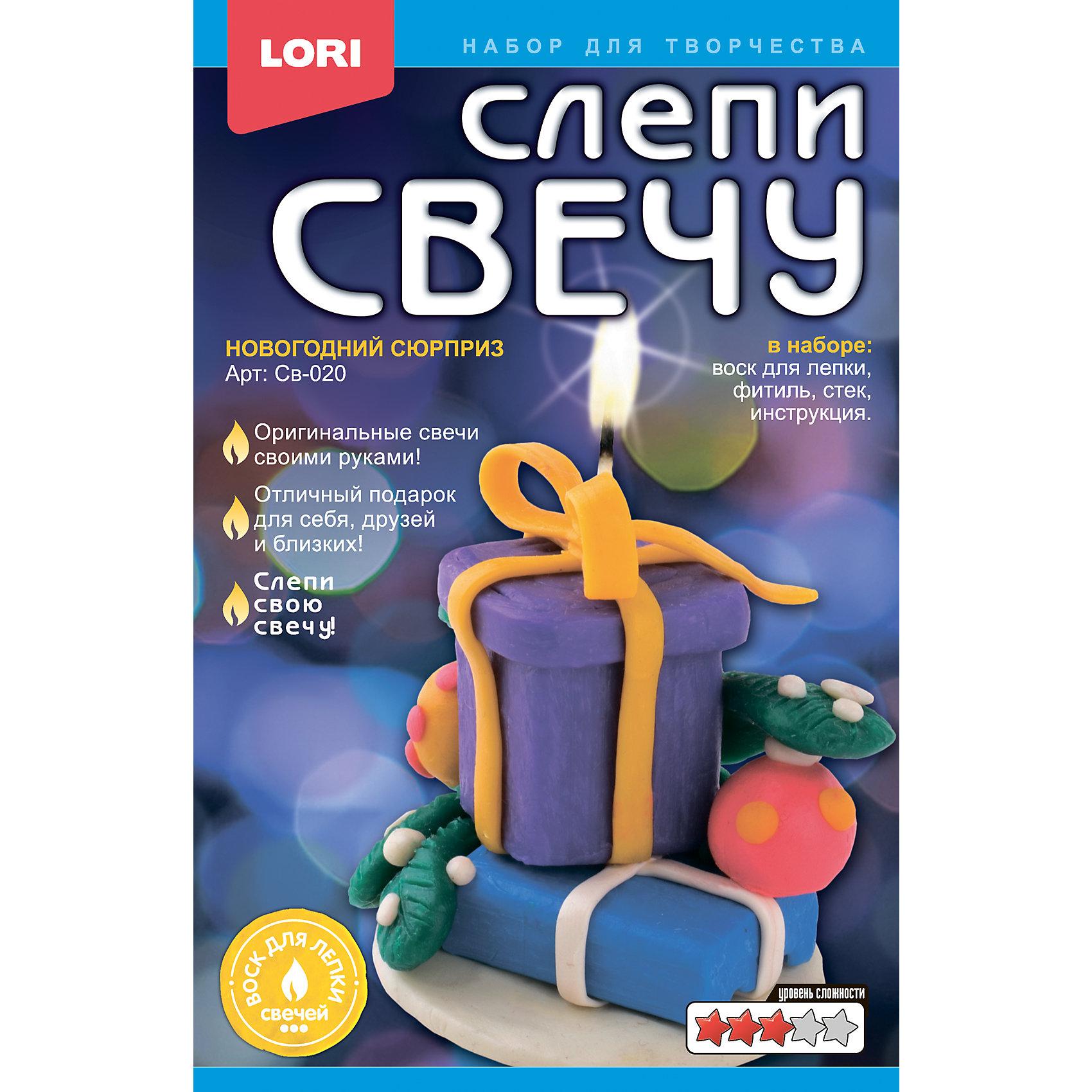 Слепи свечу Новогодний сюрпризНаборы для создания свечей<br>Слепи свечу Новогодний сюрприз, LORI (Лори)<br><br>Характеристики: <br><br>• оригинальная свеча своими руками<br>• отлично подойдет в качестве подарка<br>• в комплекте: воск, фитиль, стек, инструкция<br>• 20,8х13,5х3,5 см<br>• вес: 191 грамм<br><br>Свечи - одно из главных украшений праздничного вечера. С помощью набора от Lori можно создать оригинальную свечу своими руками. В комплекте есть воск, фитиль, а также инструкция, подробно описывающая каждый шаг. Красивая свеча станет прекрасным подарком для близких или украшением праздника!<br><br>Слепи свечу Новогодний сюрприз, LORI (Лори) можно купить в нашем интернет-магазине.<br><br>Ширина мм: 35<br>Глубина мм: 135<br>Высота мм: 208<br>Вес г: 2556<br>Возраст от месяцев: 108<br>Возраст до месяцев: 180<br>Пол: Унисекс<br>Возраст: Детский<br>SKU: 5032321