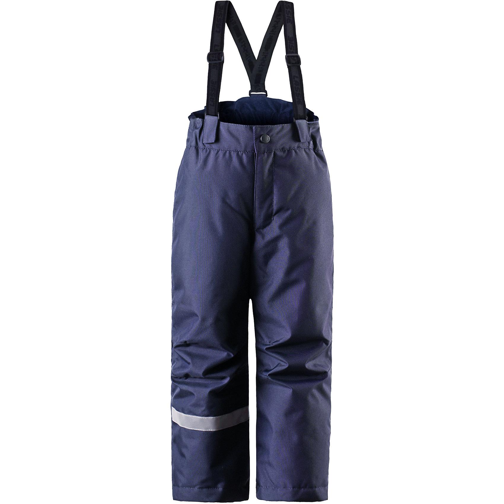 Брюки для мальчика LASSIEОдежда<br>Брюки для мальчика от финской марки LASSIE.<br>Зимние брюки для детей.Прочный материал.Водоотталкивающий, ветронепроницаемый, «дышащий» и грязеотталкивающий материал.Задний серединный шов проклеен,свободный крой.Гладкая подкладка из полиэстра.Легкая степень утепления.Эластичная талия.Снегозащитные манжеты на штанинах.Ширинка на молнии.Регулируемые и отстегивающиеся эластичные подтяжки<br>Рекомендации по уходу:Стирать по отдельности, вывернув наизнанку. Застегнуть молнии и липучки. Соблюдать температуру в соответствии с руководством по уходу. Стирать моющим средством, не содержащим отбеливающие вещества. Полоскать без специального средства. Сушение в сушильном шкафу разрешено при низкой температуре.<br>Вес утеплителя:100<br>Состав:<br>100% ПЭ, ПУ-покрытие<br><br>Ширина мм: 215<br>Глубина мм: 88<br>Высота мм: 191<br>Вес г: 336<br>Цвет: синий<br>Возраст от месяцев: 24<br>Возраст до месяцев: 36<br>Пол: Мужской<br>Возраст: Детский<br>Размер: 98,104,110,116,122,140,92<br>SKU: 5032749