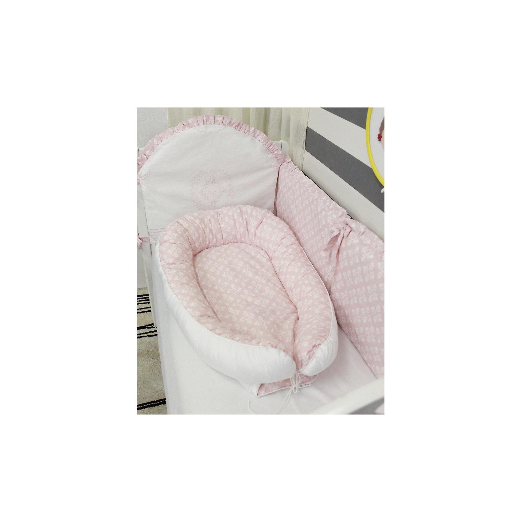 Подушка-гнездо для малыша Babynest, byTwinz, ФидераМатрасы<br>Глубокий кокон для деток от рождения и до полугода выступает уютным гнездышком для малыша, защищено по бокам бортиками, внутри есть матрасик. Подушку можно использовать во время сна, кормления и игр крохи. Края бортиков соединяются друг с другом и завязываются стягивающим шнурком. В расправленном виде бортиков подушку-гнездо можно использовать как пеленальный матрасик. Компактность изделия BabyNest позволяет брать гнездышко для малыша в дорогу, в гости, а также, использовать в качестве кокона-матрасика в детской люльке. <br> <br>Дополнительная информация:<br><br>Внешние размеры подушки-гнезда ByTwinz: 55х85/90 см<br>Внутренние размер спального места: 35х60/65 см <br><br>Основной материал: 100% хлопок<br>Наполнитель: холлофайбер <br><br>Подушку-гнездо для малыша Babynest, byTwinz, Фидера можно купить в нашем интернет-магазине.<br><br>Ширина мм: 470<br>Глубина мм: 350<br>Высота мм: 160<br>Вес г: 795<br>Возраст от месяцев: 0<br>Возраст до месяцев: 6<br>Пол: Женский<br>Возраст: Детский<br>SKU: 5045046