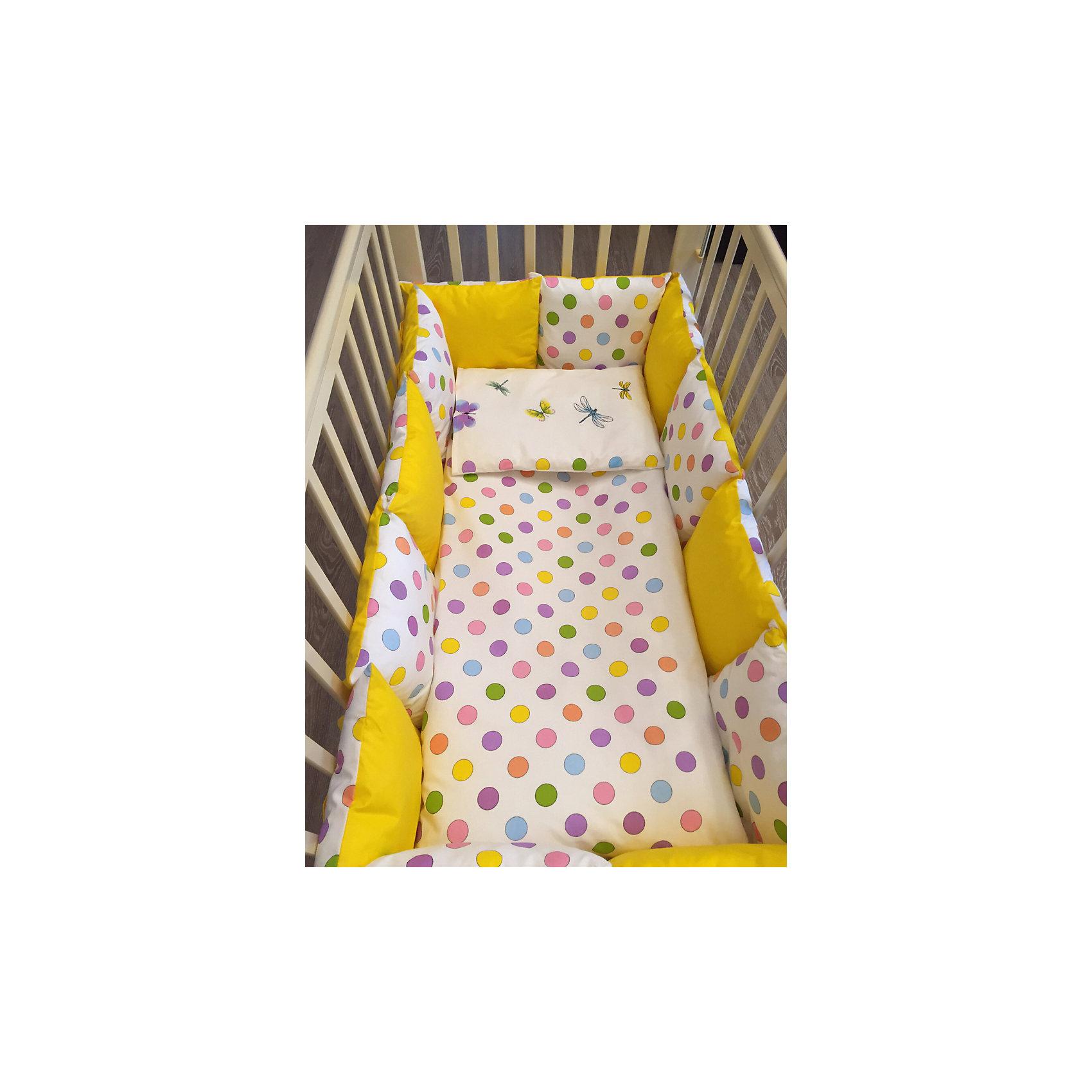 Постельное белье Горох 6 пред., byTwinzКомплект постельного белья byTwinz состоит из 6-ти предметов: бортик из подушек, подушка, одеяло, наволочка, пододеяльник и простынь. Постельное белье выполнено из гипоаллергенных материалов, наполнитель подушек и одеяла экологически чистый. <br><br>Мягкий бортик состоит из 12-ти подушек, которые размещаются по периметру кроватки и крепятся к бортику с помощью тканевых завязок. Наволочки подушек съемные. <br>Пододеяльник застегивается на молнию, которая находится с боковой стороны изделия (продольный край). <br>Простынь на резинке надежно фиксируется, не сминается и не сползает. <br><br>Комплект в кроватку «Горох» предназначен для детских кроваток размером 120х60 см и 125х65 см. <br><br>Дополнительная информация:<br><br>Размеры: <br><br>- бортики-подушки, 12 шт.: 30х30 см каждая;<br>- наволочки на молнии на бортики-подушки, 12 шт.: 33х33 см каждая;<br>- детская подушка: 35х45 см;<br>- детское одеяло: 100х140 см;<br>- пододеяльник на молнии: 105х145 см;<br>- наволочка: 36х46 см; <br>- простынь на резинке: 125х65 см.<br><br>Материал: 100% хлопок<br>Наполнитель (подушки, одеяло): холлофайбер<br><br>Постельное белье Горох 6 пред., byTwinz можно купить в нашем интернет-магазине.<br><br>Ширина мм: 580<br>Глубина мм: 580<br>Высота мм: 180<br>Вес г: 3000<br>Возраст от месяцев: 0<br>Возраст до месяцев: 36<br>Пол: Унисекс<br>Возраст: Детский<br>SKU: 5045067
