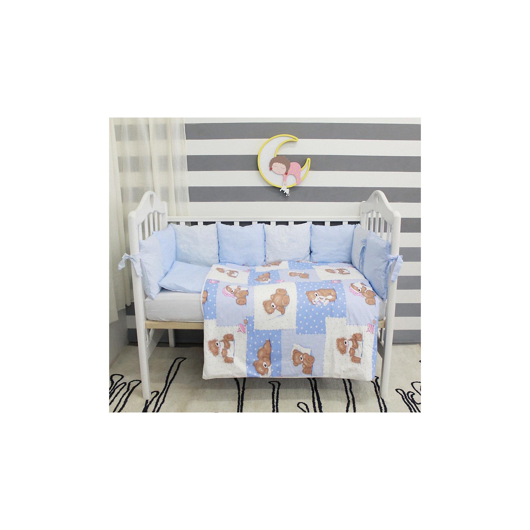 Постельное белье Тедди 6 пред., byTwinz, голубойКомплект постельного белья byTwinz состоит из 6-ти предметов: бортик из подушек, подушка, одеяло, наволочка, пододеяльник и простынь. Постельное белье выполнено из гипоаллергенных материалов, наполнитель подушек и одеяла экологически чистый. <br><br>Мягкий бортик состоит из 12-ти подушек, которые размещаются по периметру кроватки и крепятся к бортику с помощью тканевых завязок. Наволочки подушек съемные. <br>Пододеяльник застегивается на молнию, которая находится с боковой стороны изделия (продольный край). <br>Простынь на резинке надежно фиксируется, не сминается и не сползает. <br><br>Комплект в кроватку «Тедди» предназначен для детских кроваток размером 120х60 см и 125х65 см. <br><br>Дополнительная информация:<br><br>Размеры: <br><br>- бортики-подушки, 12 шт.: 30х30 см каждая;<br>- наволочки на молнии на бортики-подушки, 12 шт.: 33х33 см каждая;<br>- детская подушка: 35х45 см;<br>- детское одеяло: 100х140 см;<br>- пододеяльник на молнии: 105х145 см;<br>- наволочка: 36х46 см; <br>- простынь на резинке: 125х65 см.<br><br>Материал: 100% хлопок<br>Наполнитель (подушки, одеяло): холлофайбер<br><br>Постельное белье Тедди 6 пред., byTwinz, голубой можно купить в нашем интернет-магазине.<br><br>Ширина мм: 580<br>Глубина мм: 580<br>Высота мм: 180<br>Вес г: 3000<br>Возраст от месяцев: 0<br>Возраст до месяцев: 36<br>Пол: Мужской<br>Возраст: Детский<br>SKU: 5045080