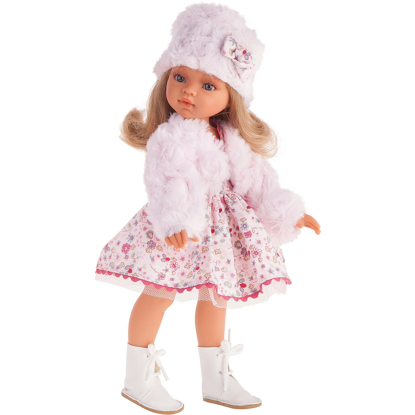 Кукла Эмили. Зимний образ, 33 см, Munecas Antonio JuanКлассические куклы<br>Кукла Эмили. Зимний образ, 33 см, Munecas Antonio Juan (Мунекас Антонио Хуан).<br><br>Характеристики:<br><br>- Материал: винил, текстиль<br>- Высота куклы: 33 см.<br>- Глаза не закрываются<br>- Упаковка: яркая подарочная коробка<br><br>Кукла Эмили от испанского производителя Мунекас Антонио Хуан выглядит как настоящая девочка, а ее трогательный внешний вид вызывает только самые положительные и добрые эмоции. Эта чудесная милая малышка станет любимицей Вашей девочки и будет воспитывать в ней доброту, внимание и заботу. У куклы очаровательное детское лицо, выполненное с тщательной прорисовкой деталей. Выразительные глаза обрамлены длинными ресницами. Ее густые шелковистые волосы легко расчесывать и делать различные прически. Чудесный наряд куклы создан испанским дизайнером. Кукла одета в нежно-розовое платьице в цветочек с пышной юбочкой, комплект из меховой курточки и шапочки, а на ножках – красивые белые сапожки с цветочком. У куклы подвижны руки, ноги и голова. Она изготовлена из высококачественного винила с добавлением силикона. Образы кукол Мунекас разработаны известными европейскими дизайнерами. Они натуралистичны, анатомически точны.<br><br>Куклу Эмили. Зимний образ, 33 см, Munecas Antonio Juan (Мунекас Антонио Хуан) можно купить в нашем интернет-магазине.<br><br>Ширина мм: 39<br>Глубина мм: 24<br>Высота мм: 9<br>Вес г: 700<br>Возраст от месяцев: 36<br>Возраст до месяцев: 2147483647<br>Пол: Женский<br>Возраст: Детский<br>SKU: 5055413